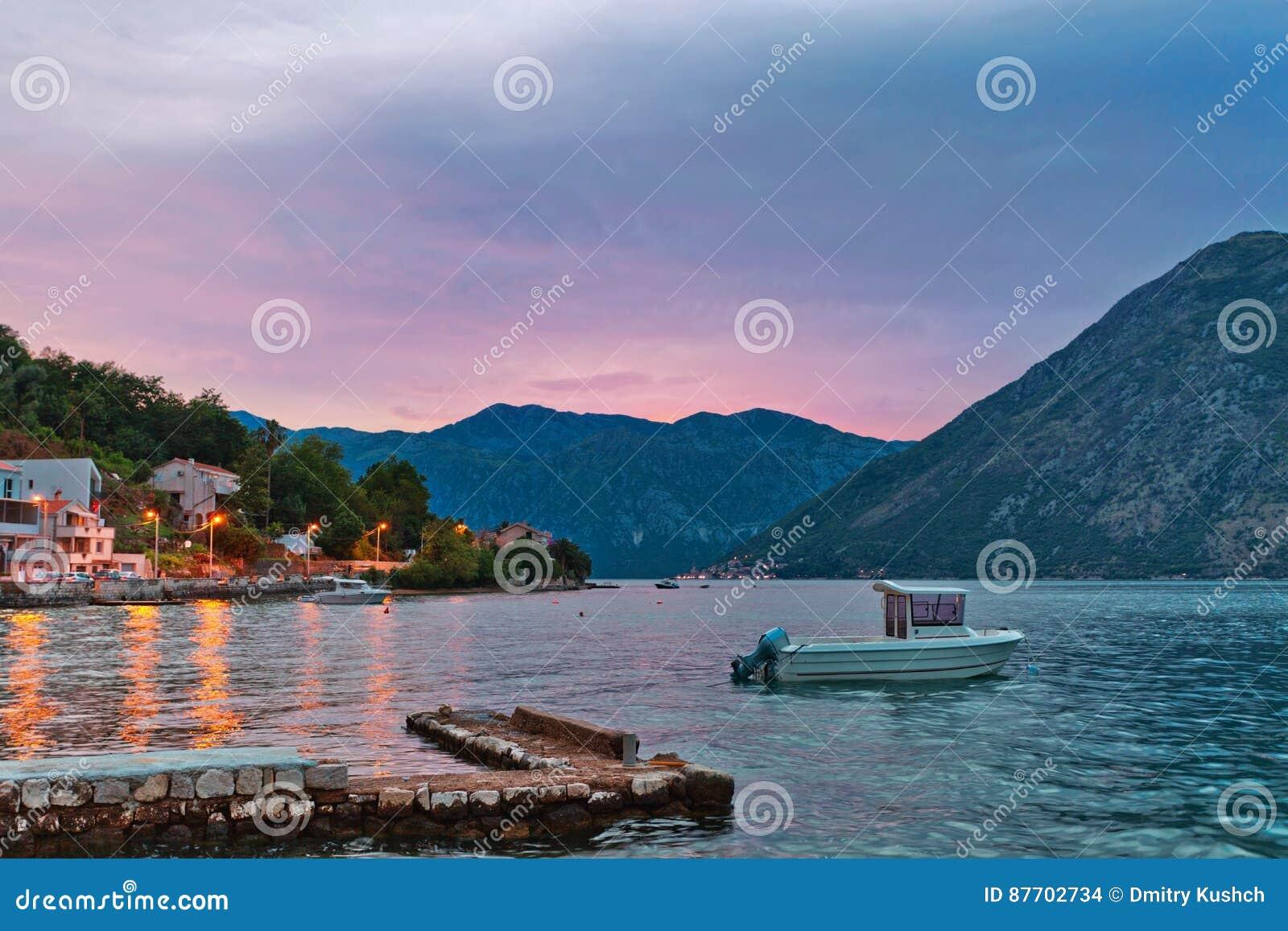 Bateau en mer au coucher du soleil