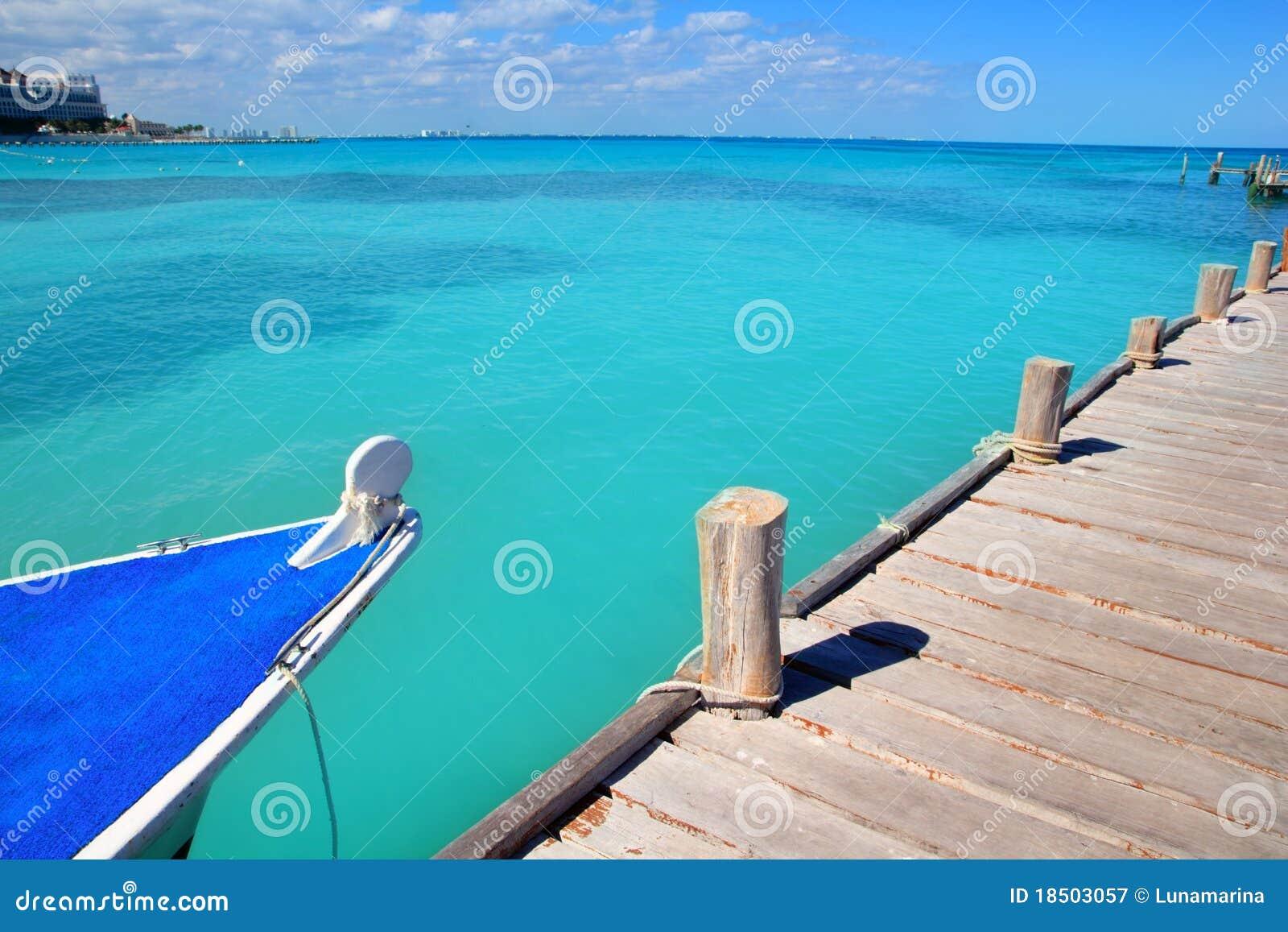 Bateau en mer des Caraïbes tropicale de Cancun de jetée en bois