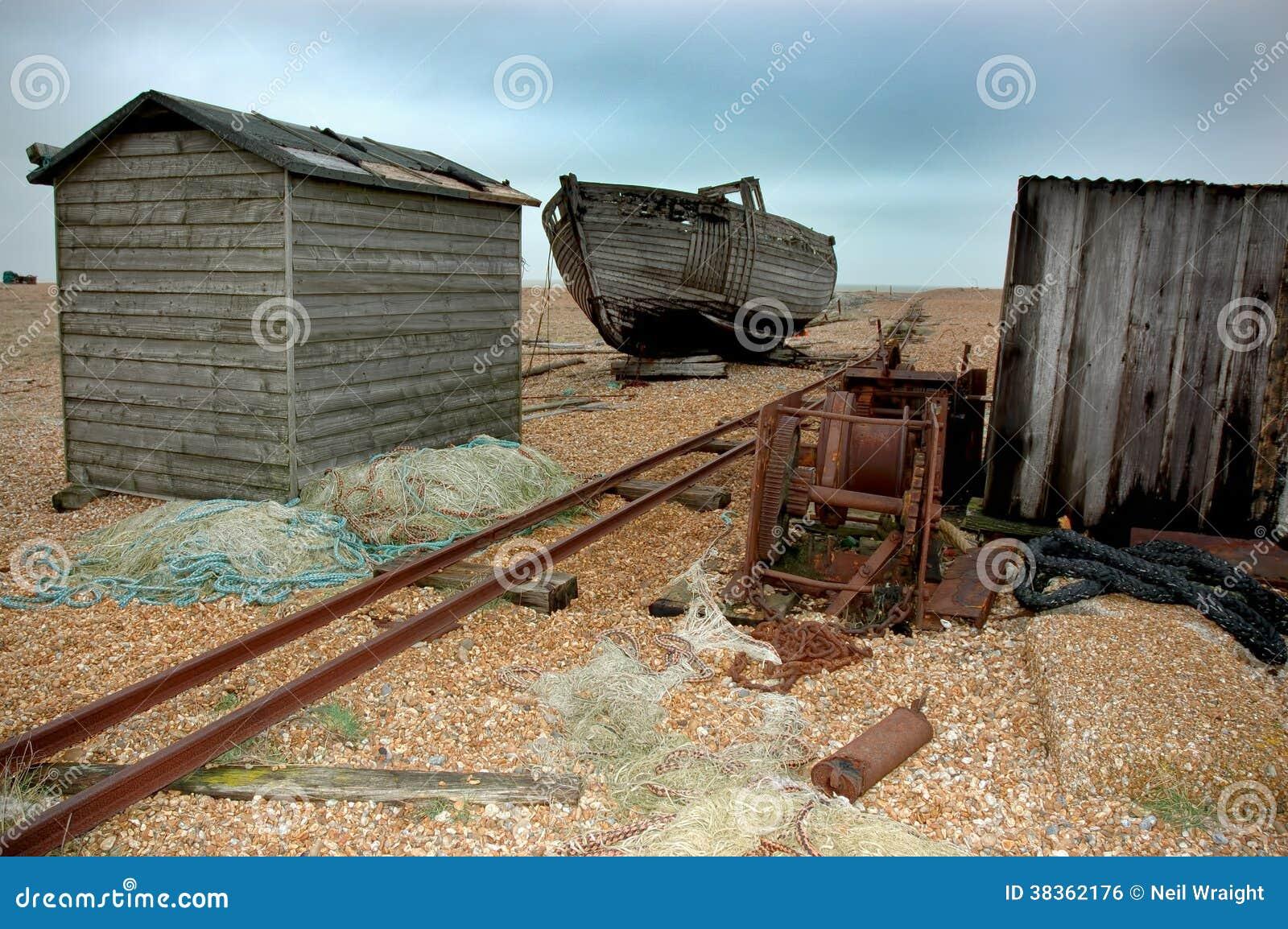 Bateau et cabanes désolés abandonnés Dungeness R-U
