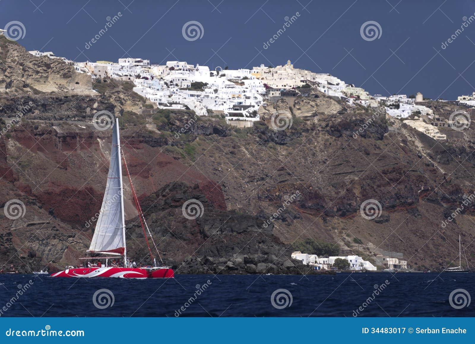 Bateau et Santorini de catamaran