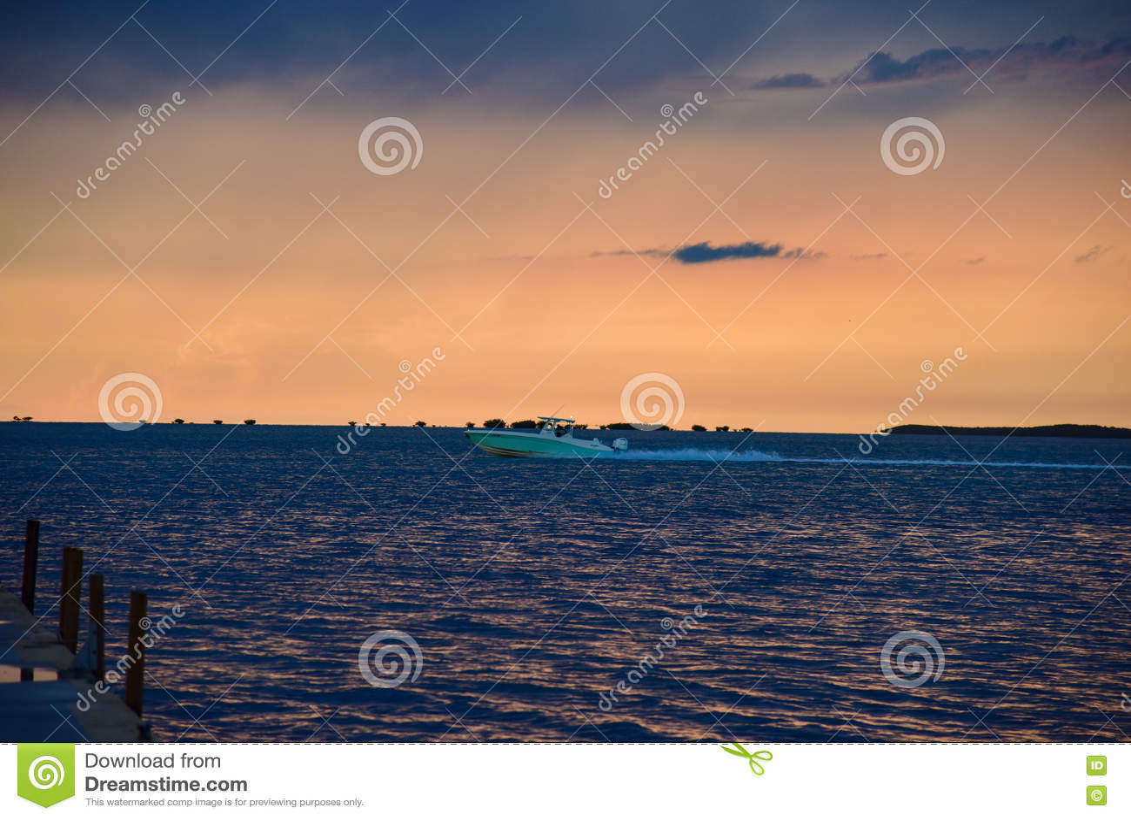 Bateau expédiant au coucher du soleil