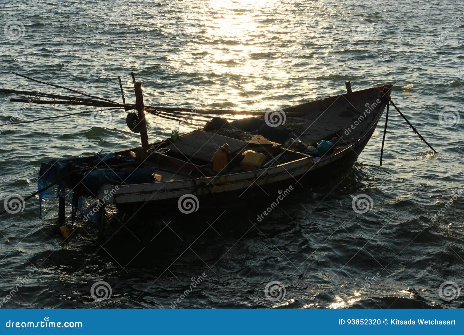 Bateau flottant en mer