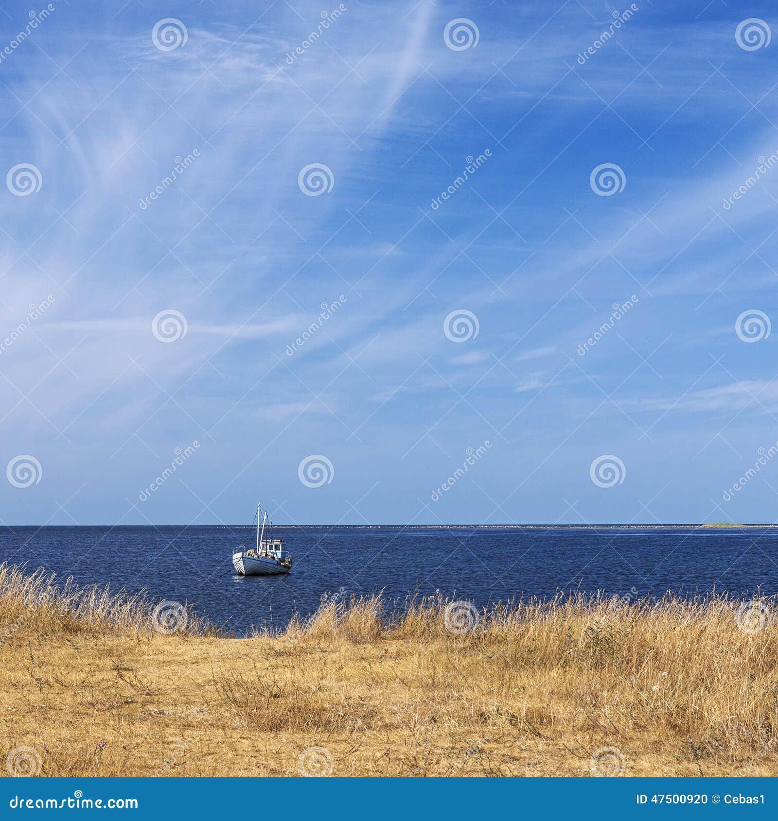 Bateau isolé et mer calme