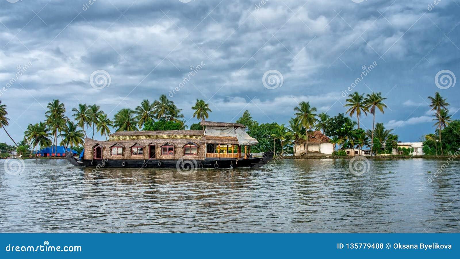 Bateau-maison indien traditionnel au Kerala, Inde