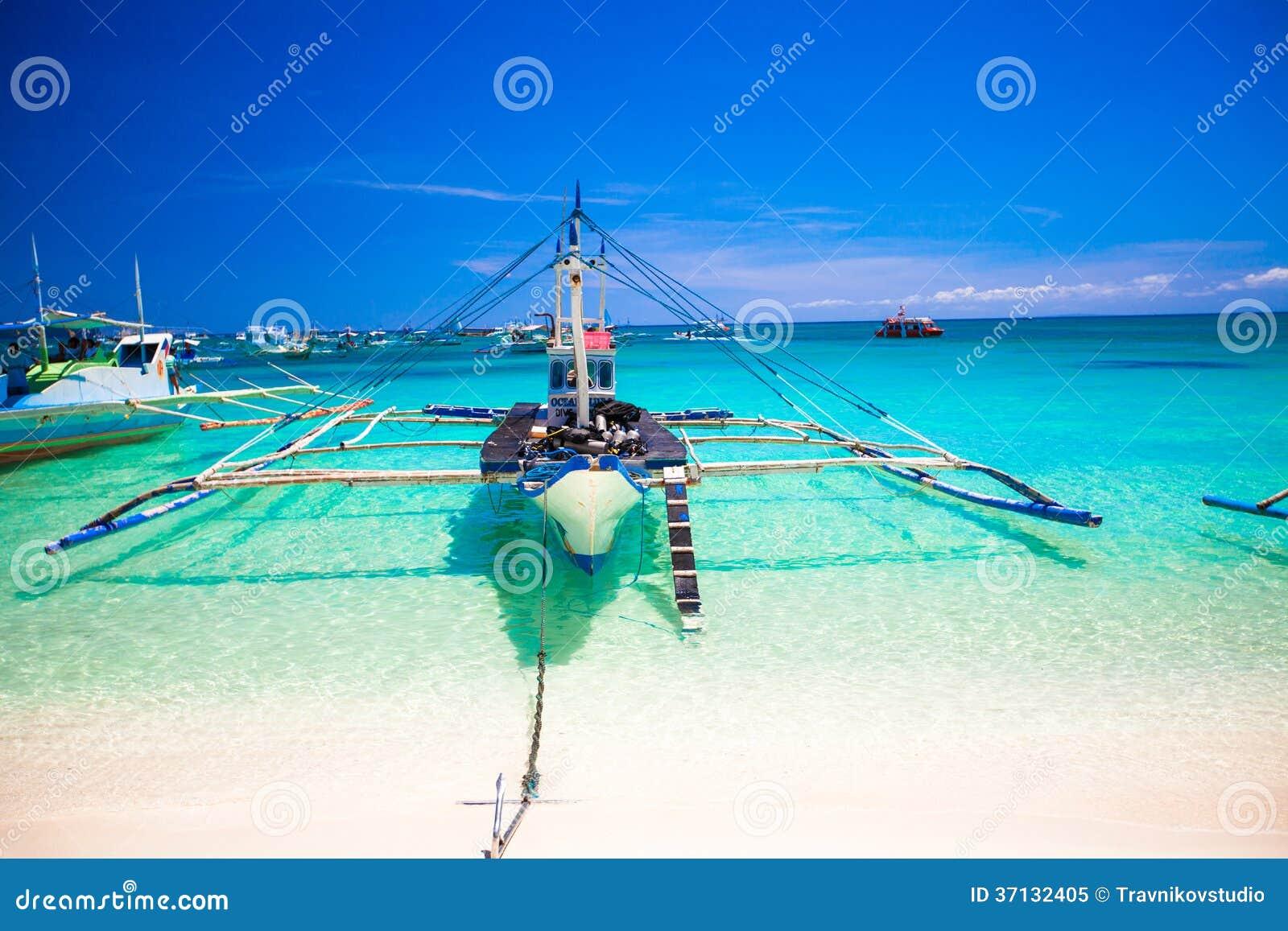 Bateau philippin en mer de turquoise, Boracay,