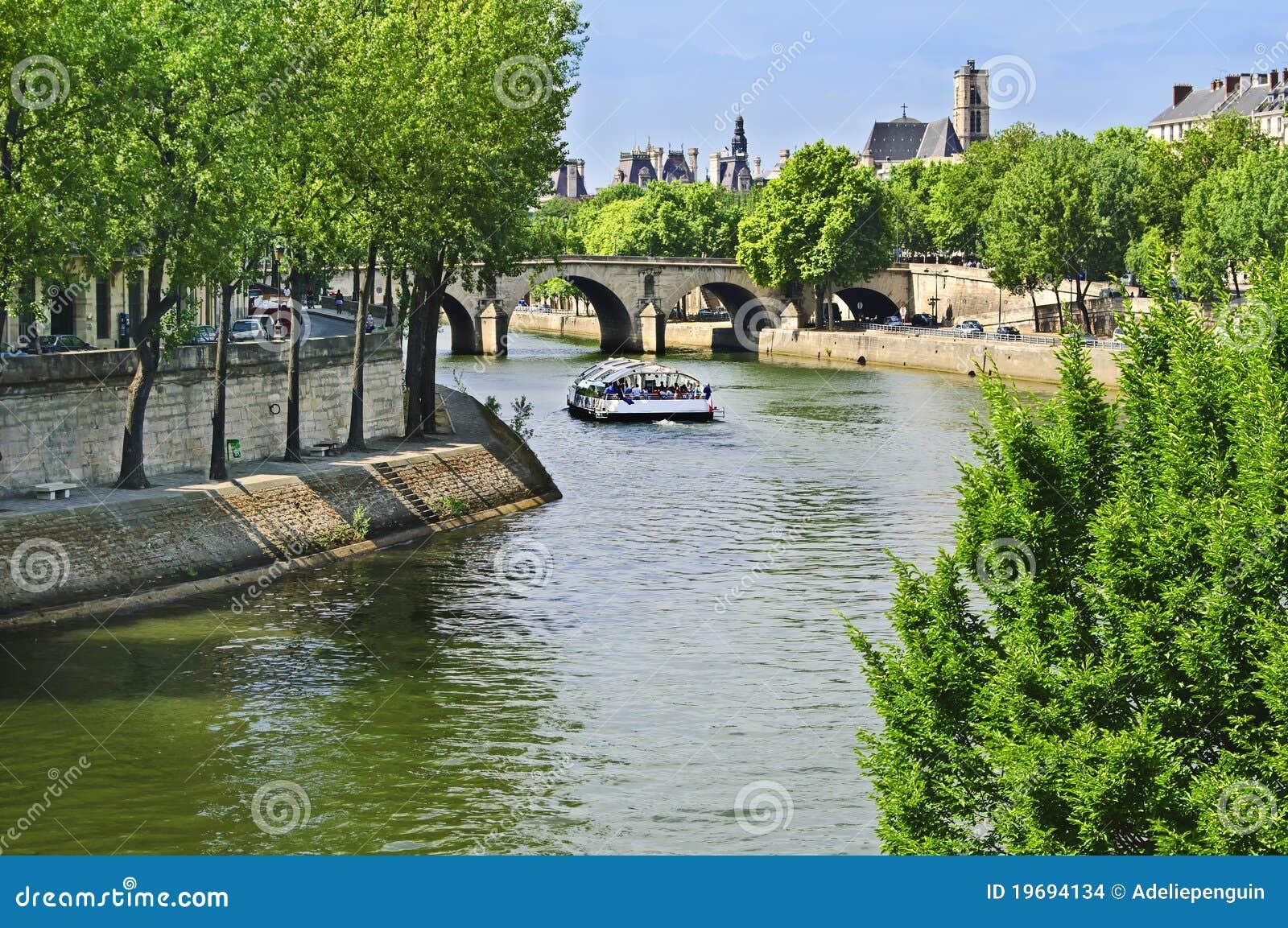 Bateau se déplaçant le long du fleuve Seine, Paris