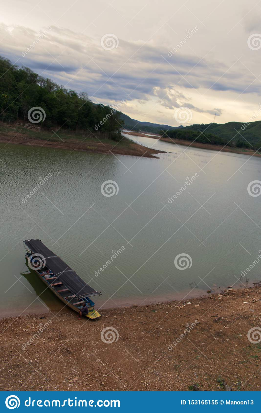 Bateau se reposant sur le rivage d un lac en parc national, Thaïlande