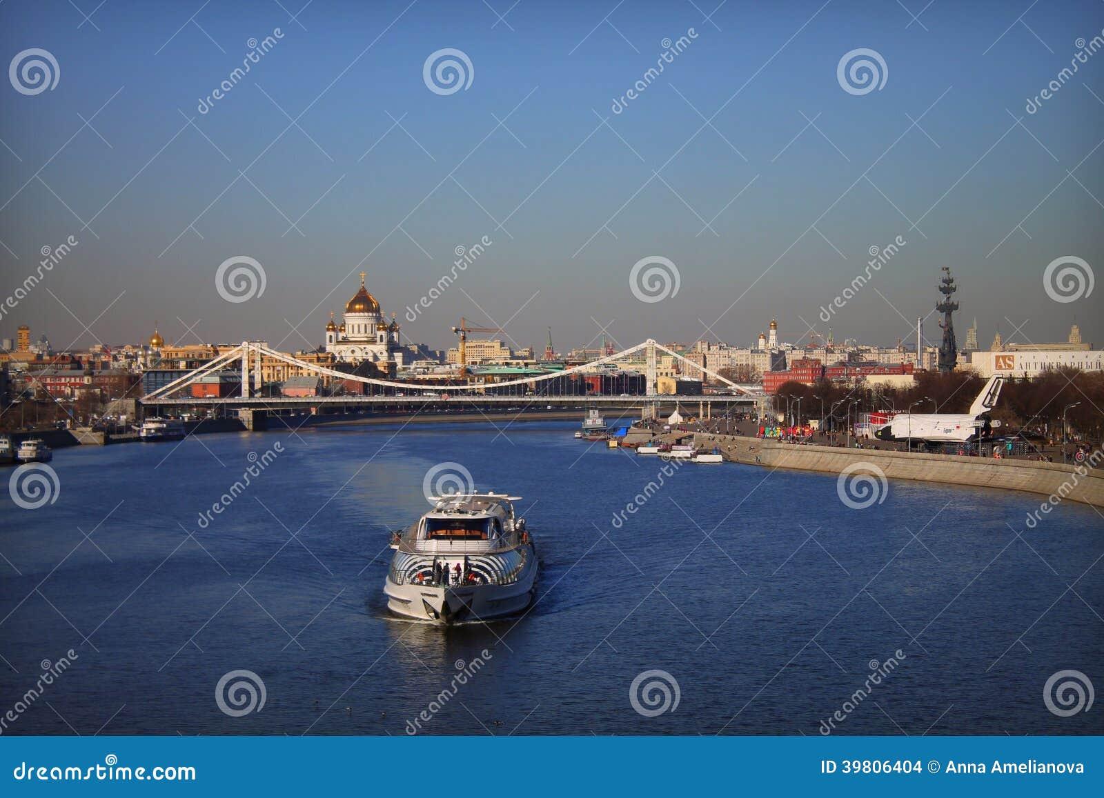 Bateau sur la rivière de Moscou