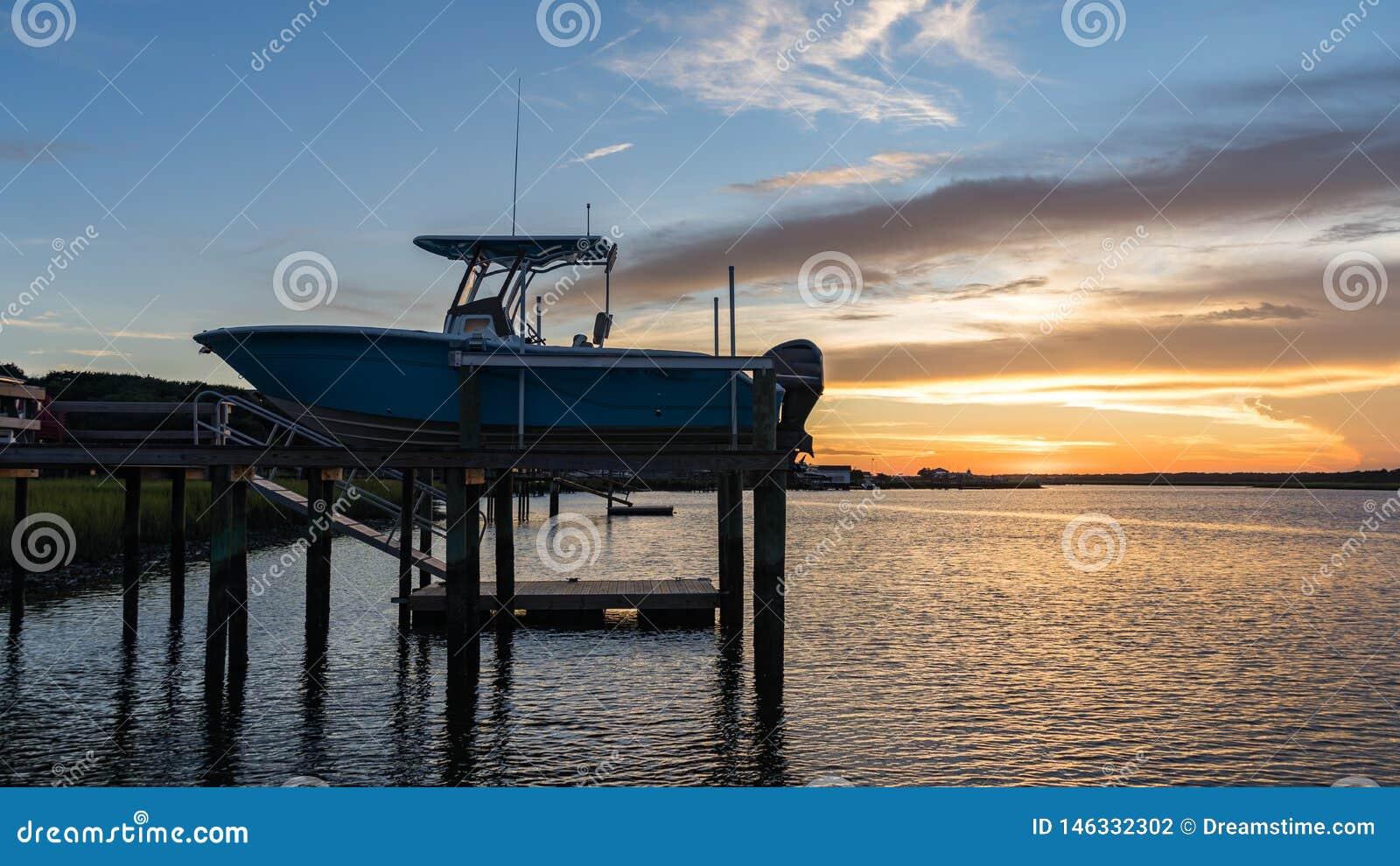 Bateau sur un dock dans une admission