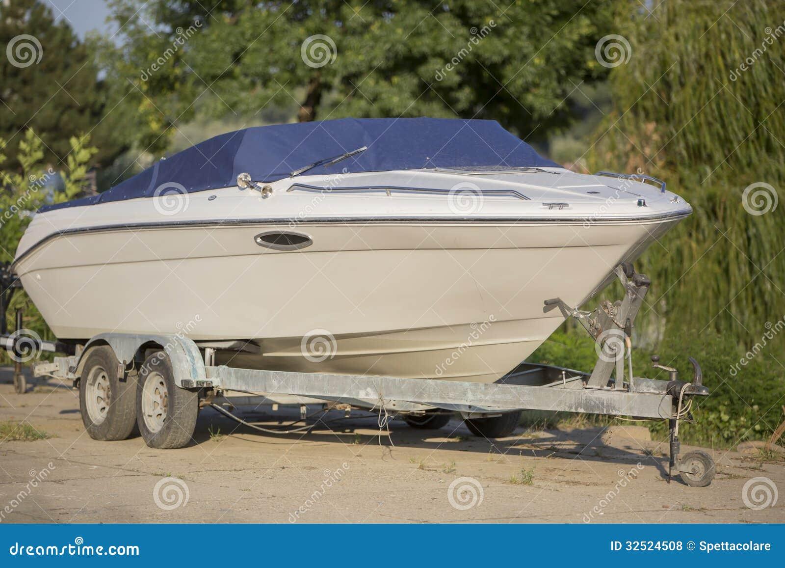 bateau sur une remorque dans le chantier de construction navale photo stock image du outdoors. Black Bedroom Furniture Sets. Home Design Ideas