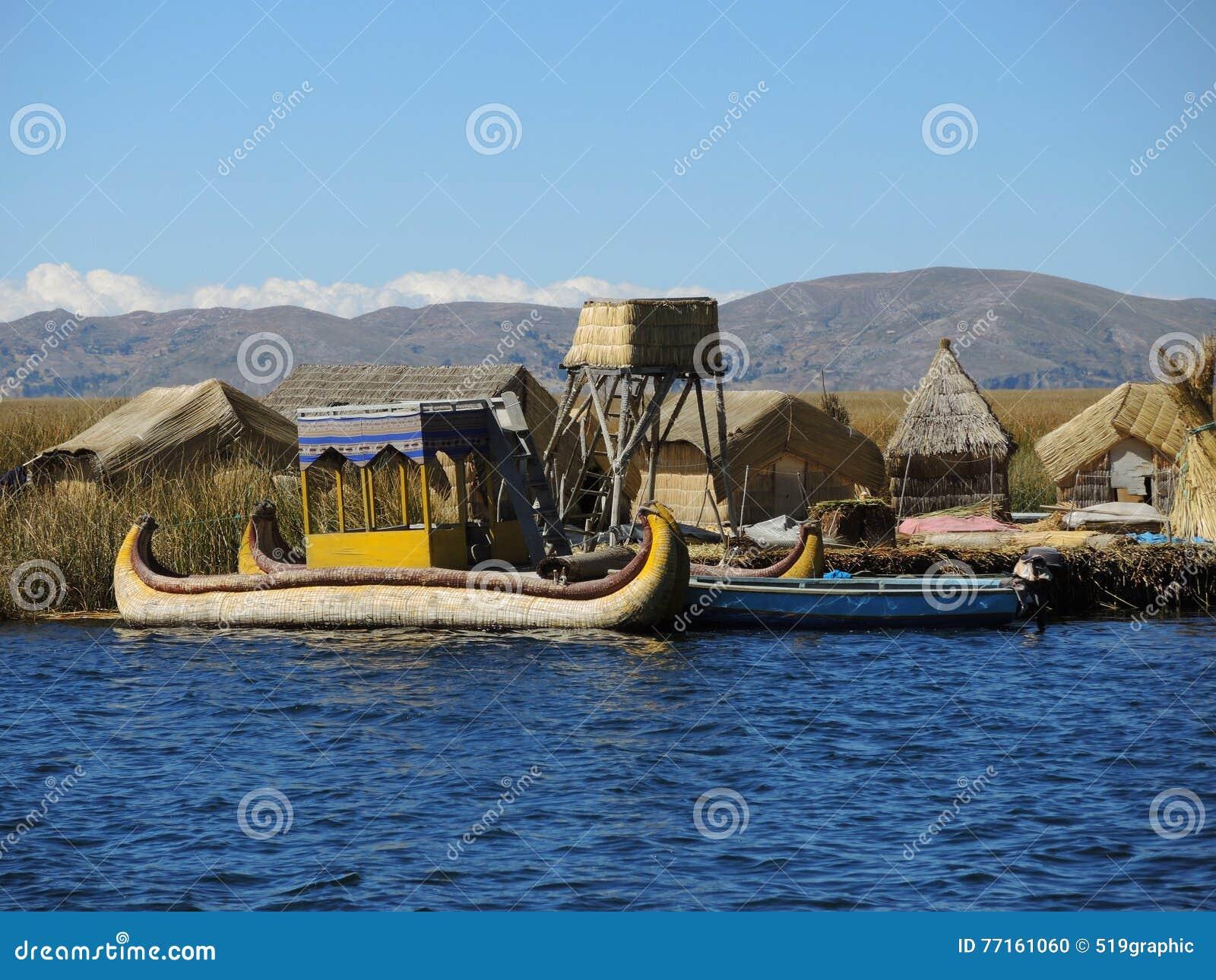 Bateau traditionnel dans Puno, Pérou