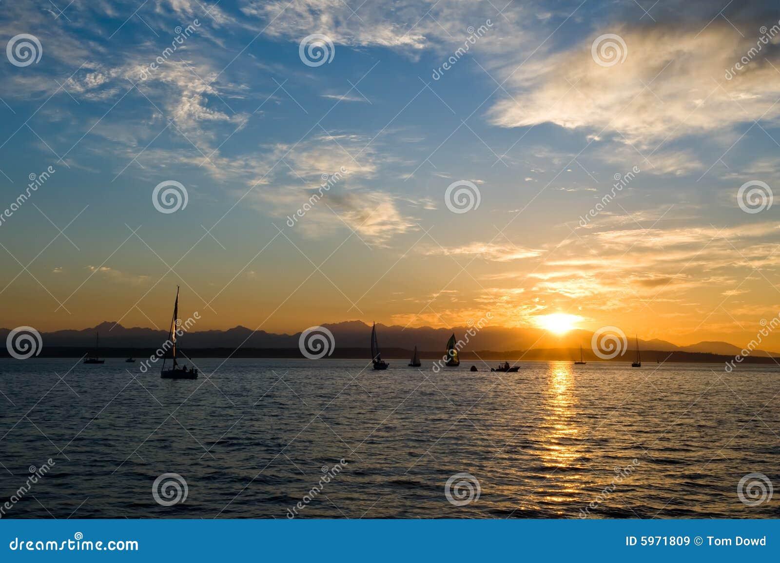 Bateaux à voile au coucher du soleil