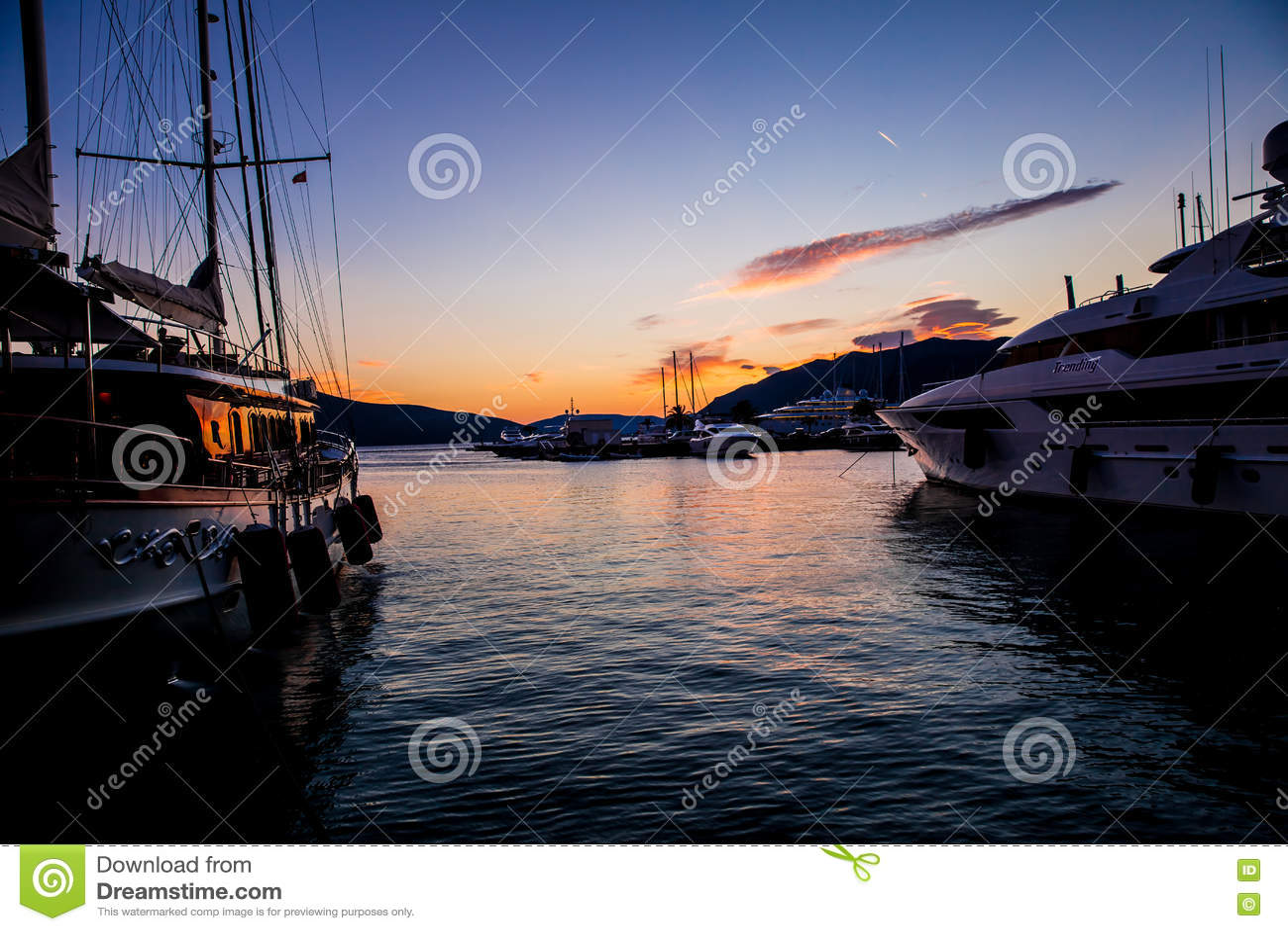 Bateaux à voile et yachts dans la marina dans Monténégro