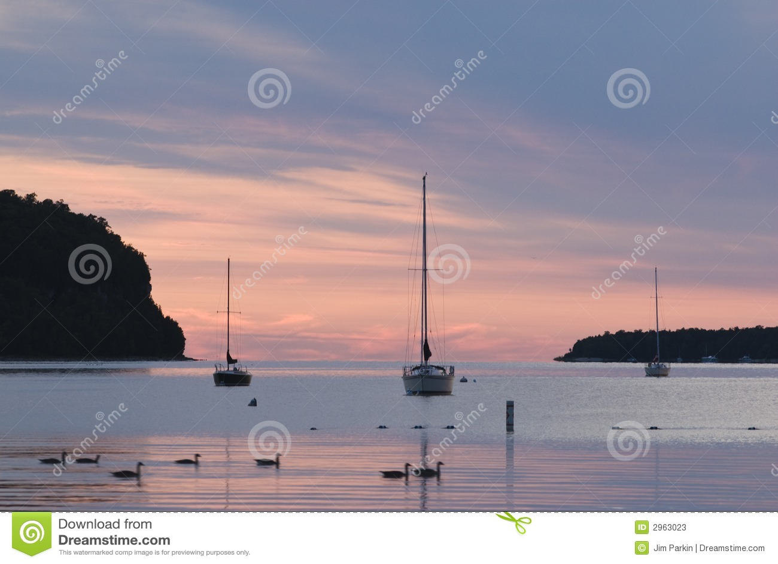 Bateaux à voiles au coucher du soleil
