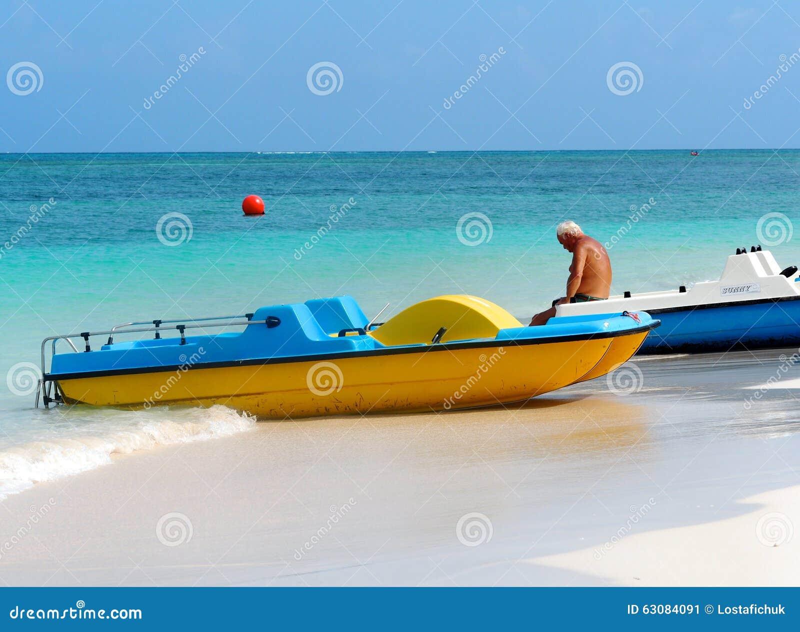 Download Bateaux au Cuba photo éditorial. Image du touriste, vacances - 63084091