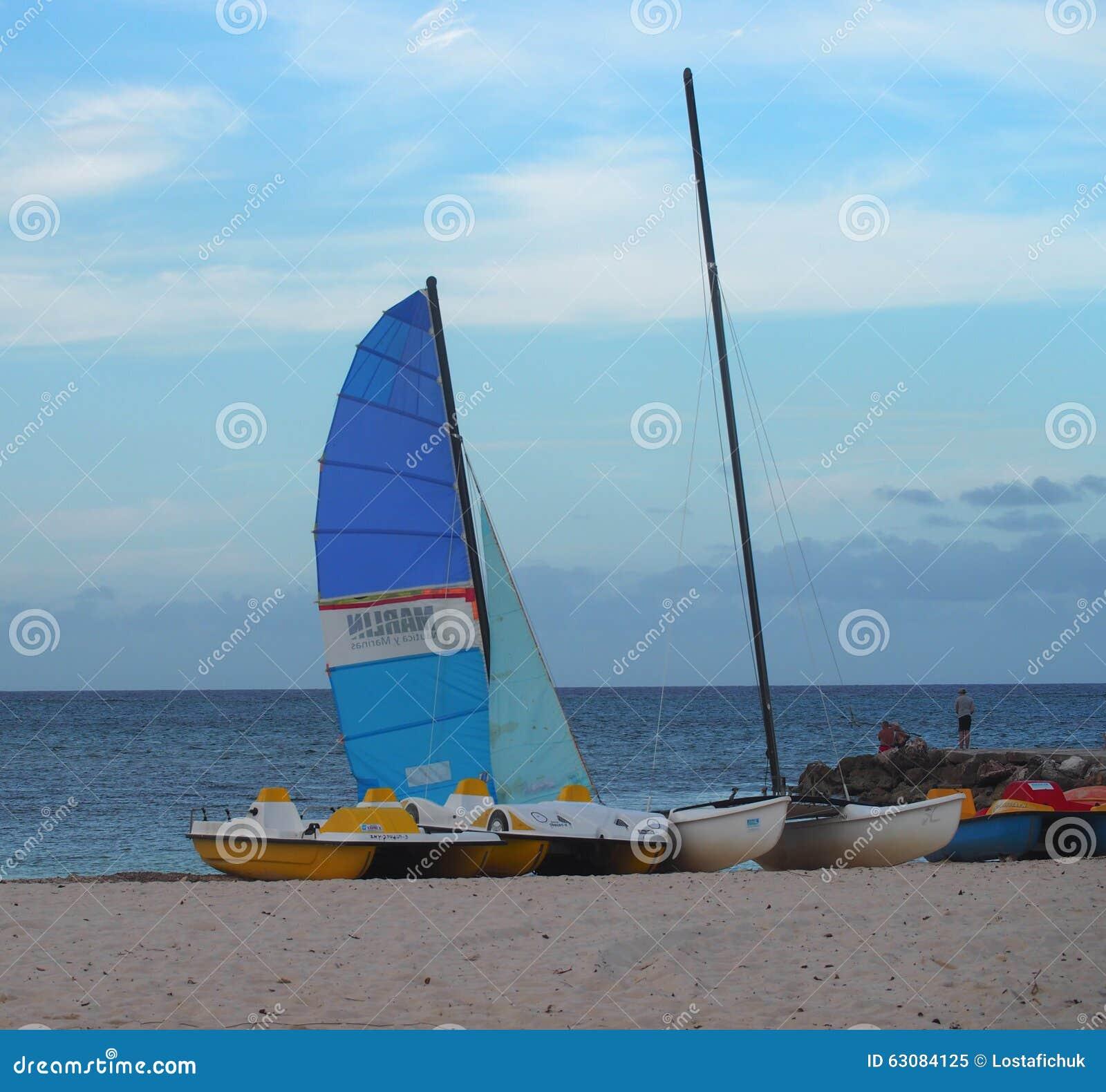 Download Bateaux au Cuba image éditorial. Image du vacationers - 63084125