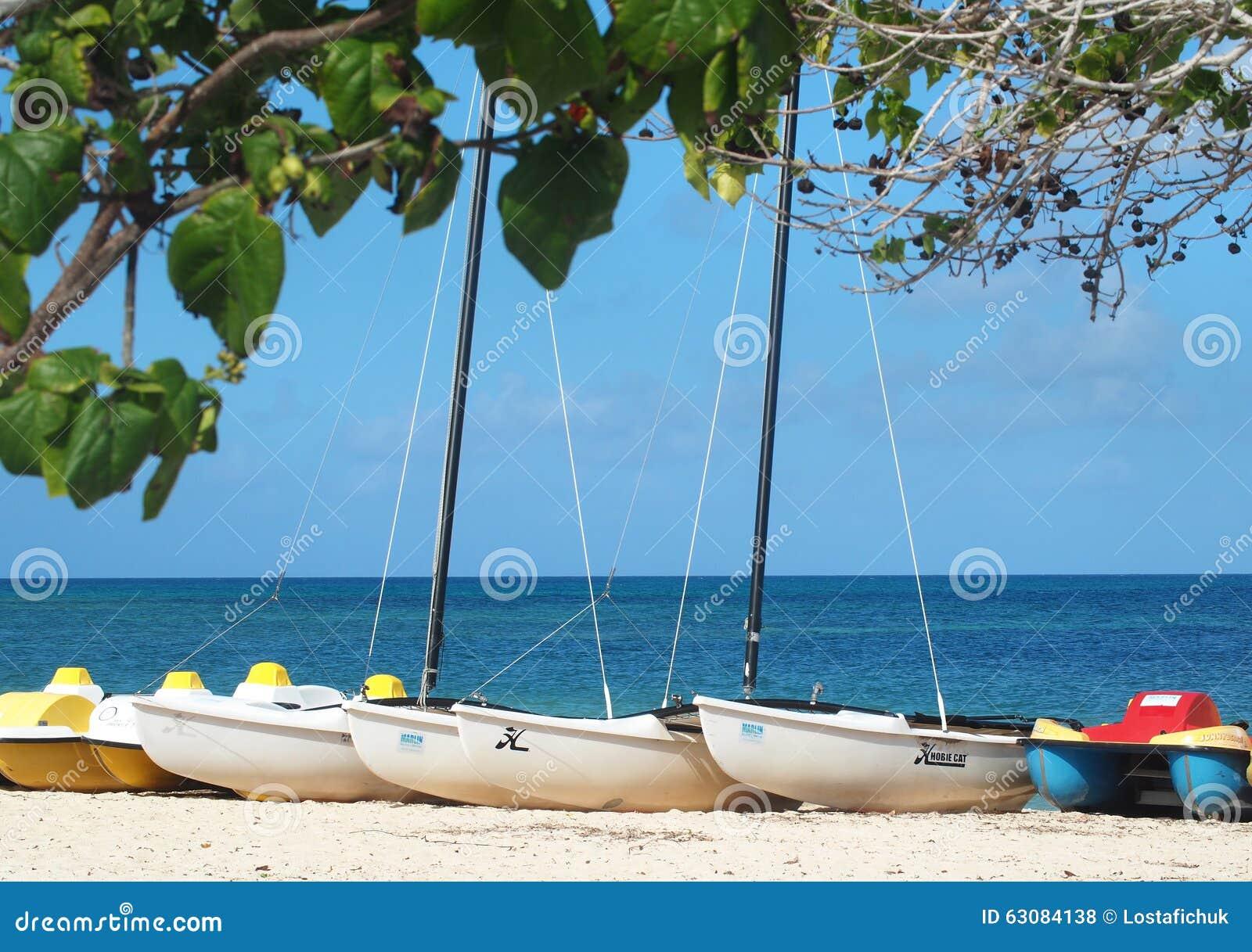 Download Bateaux au Cuba photo stock éditorial. Image du vacances - 63084138