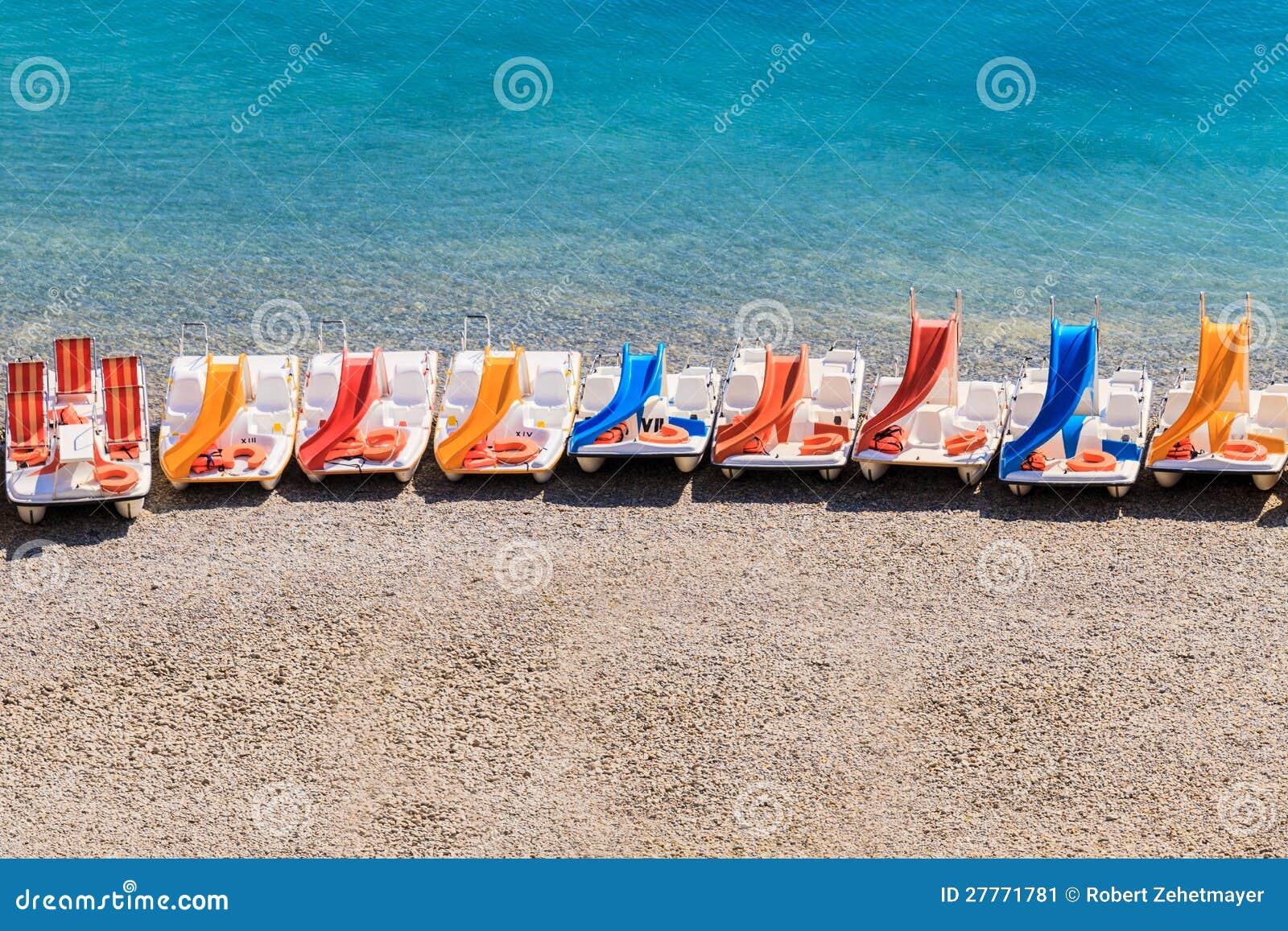 Bateaux colorés de pédale sur une plage
