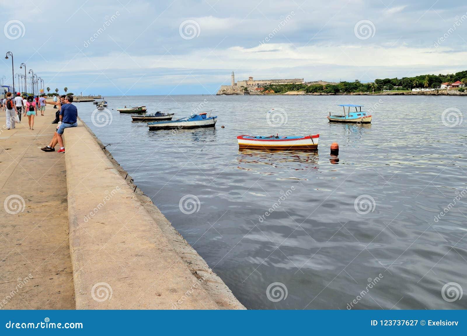 Bateaux d Ishing à l ancrage près du bord de mer de Malecon, vue du détroit de mer, de forteresse d EL Morro, et de l océan ouver