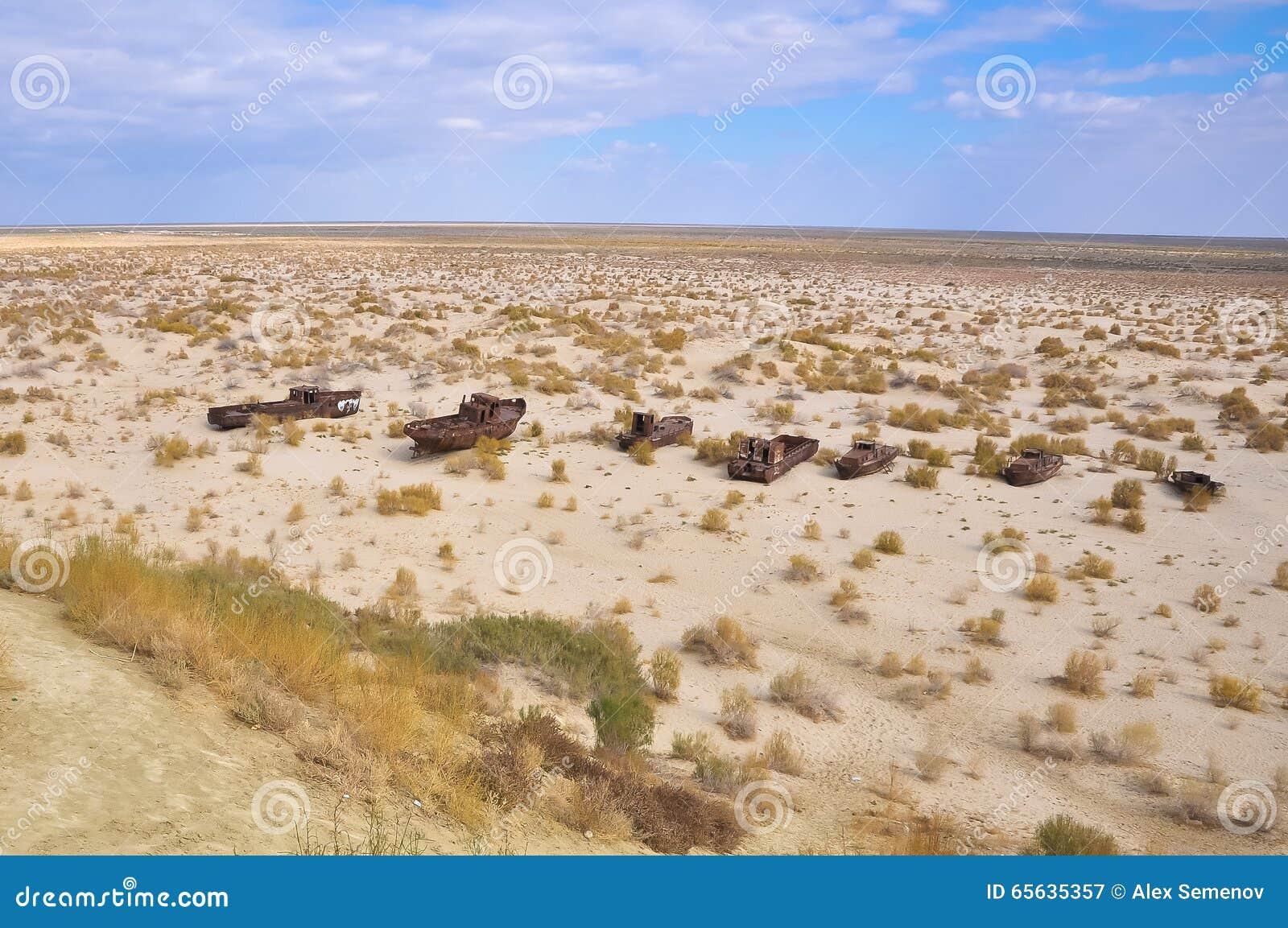 Bateaux dans le désert sur l ancien site de la mer d Aral