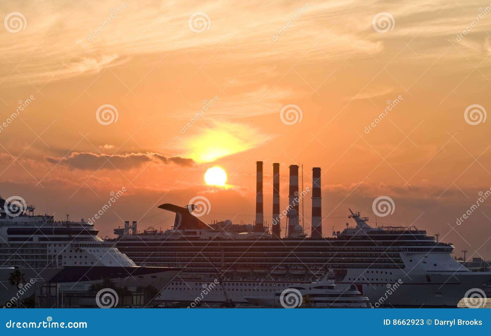 Bateaux de croisière au dock avec l industrie