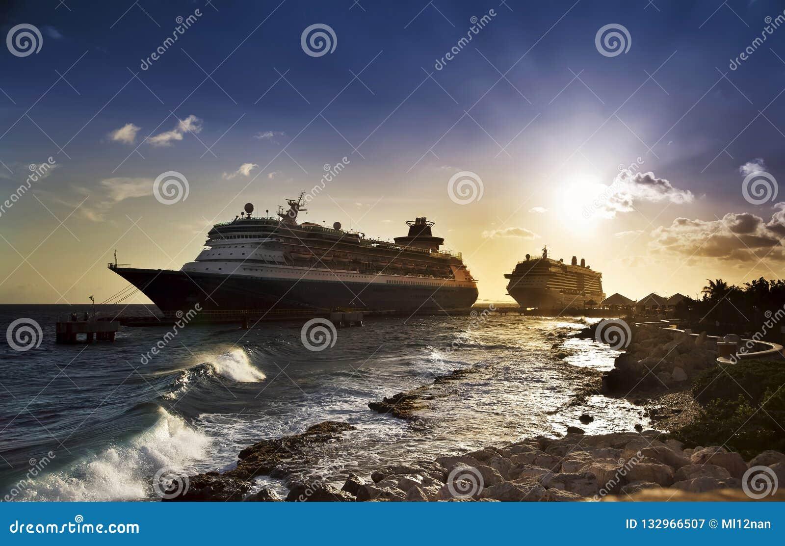 Bateaux de croisière dans le port sur le coucher du soleil