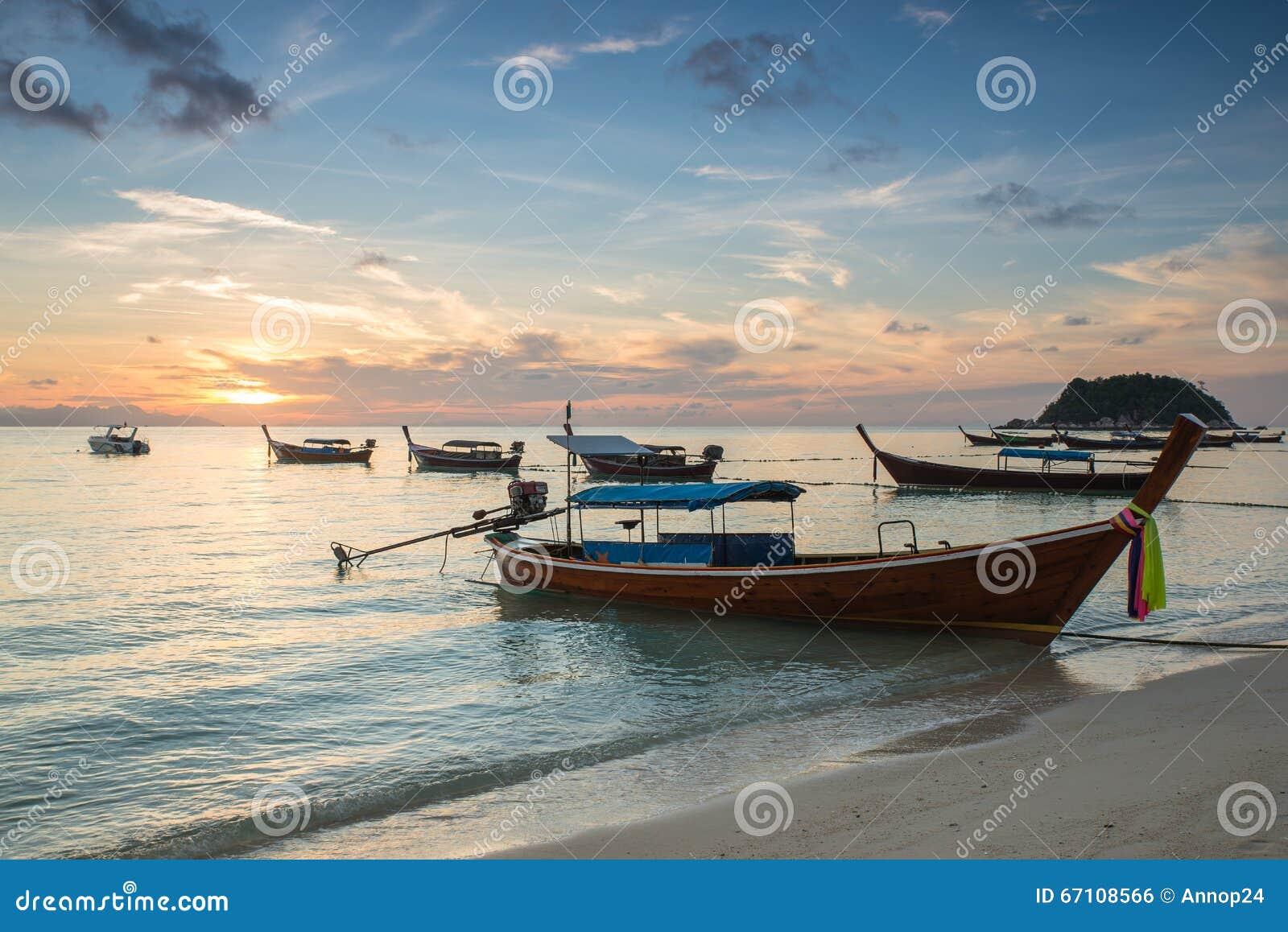 Bateaux de longue queue avec le ciel de lever de soleil en Koh Lipe Island