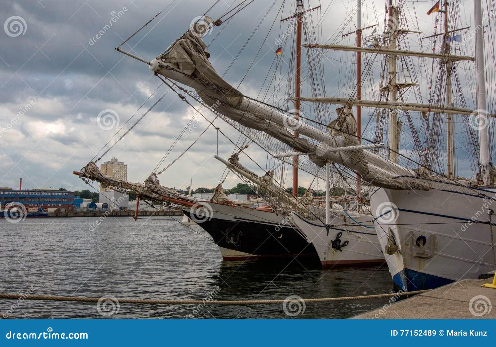 Bateaux de navigation dans la quille de port