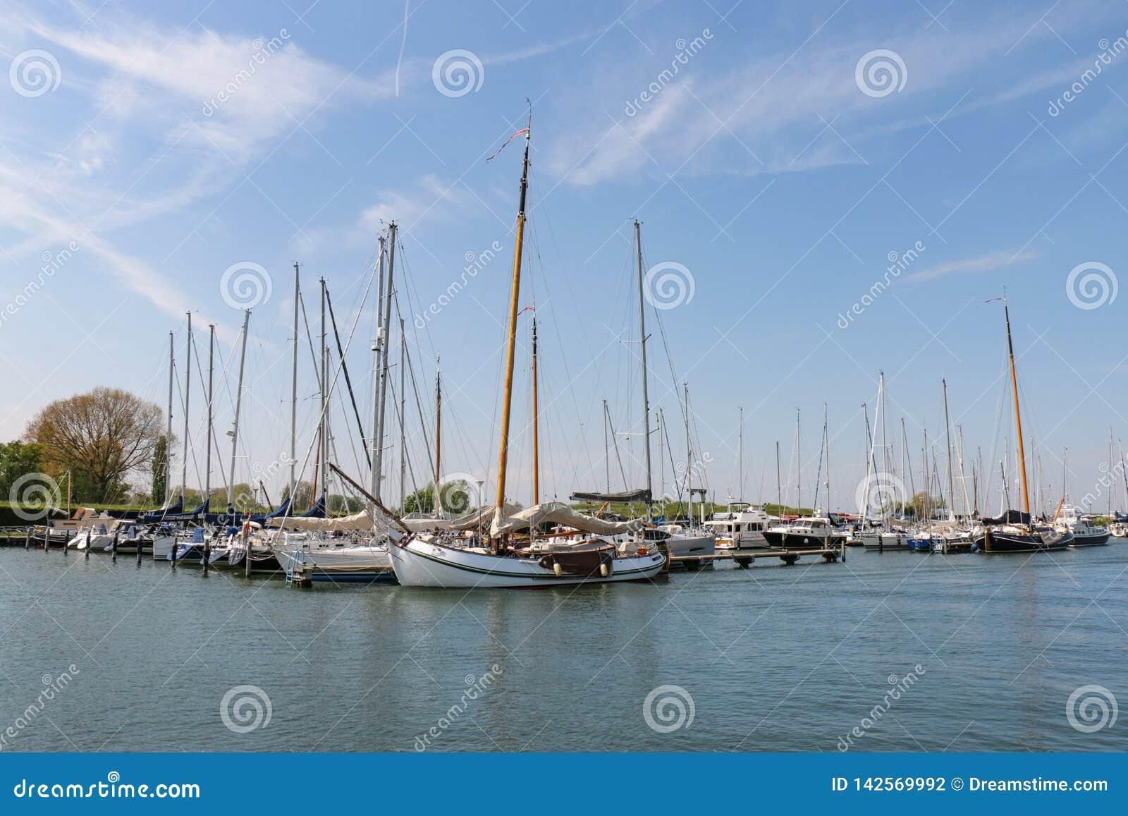 Bateaux de navigation néerlandais dans la marina