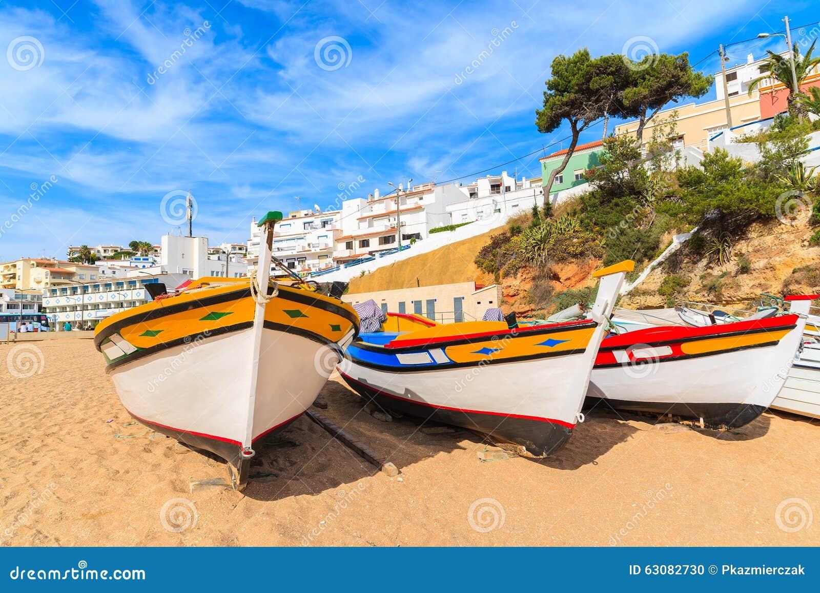 Download Bateaux De Pêche Colorés Traditionnels Sur La Plage Photo stock - Image du maison, scénique: 63082730