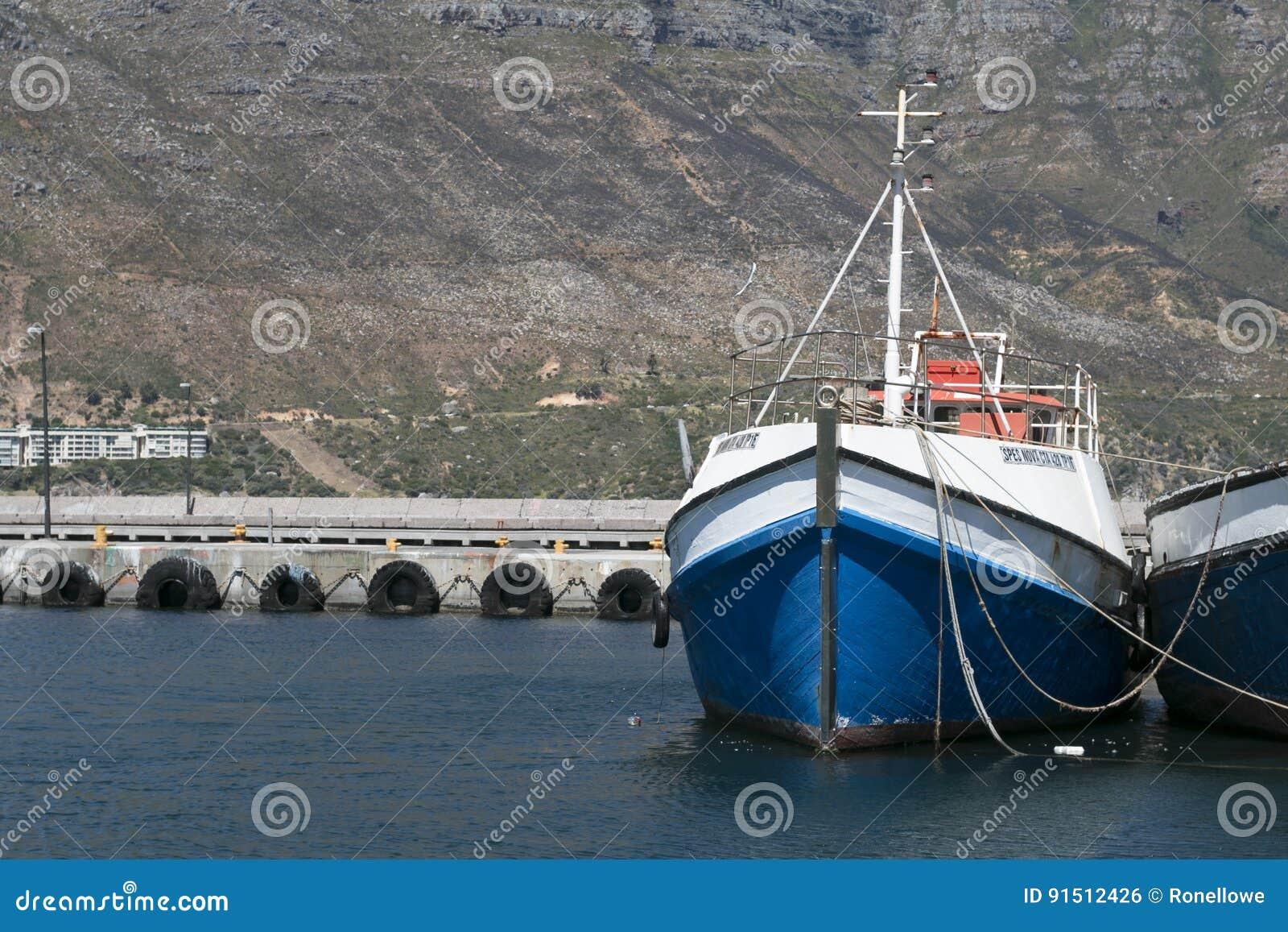 Bateaux de pêche dans le port à la baie Capetown Afrique du Sud de hout
