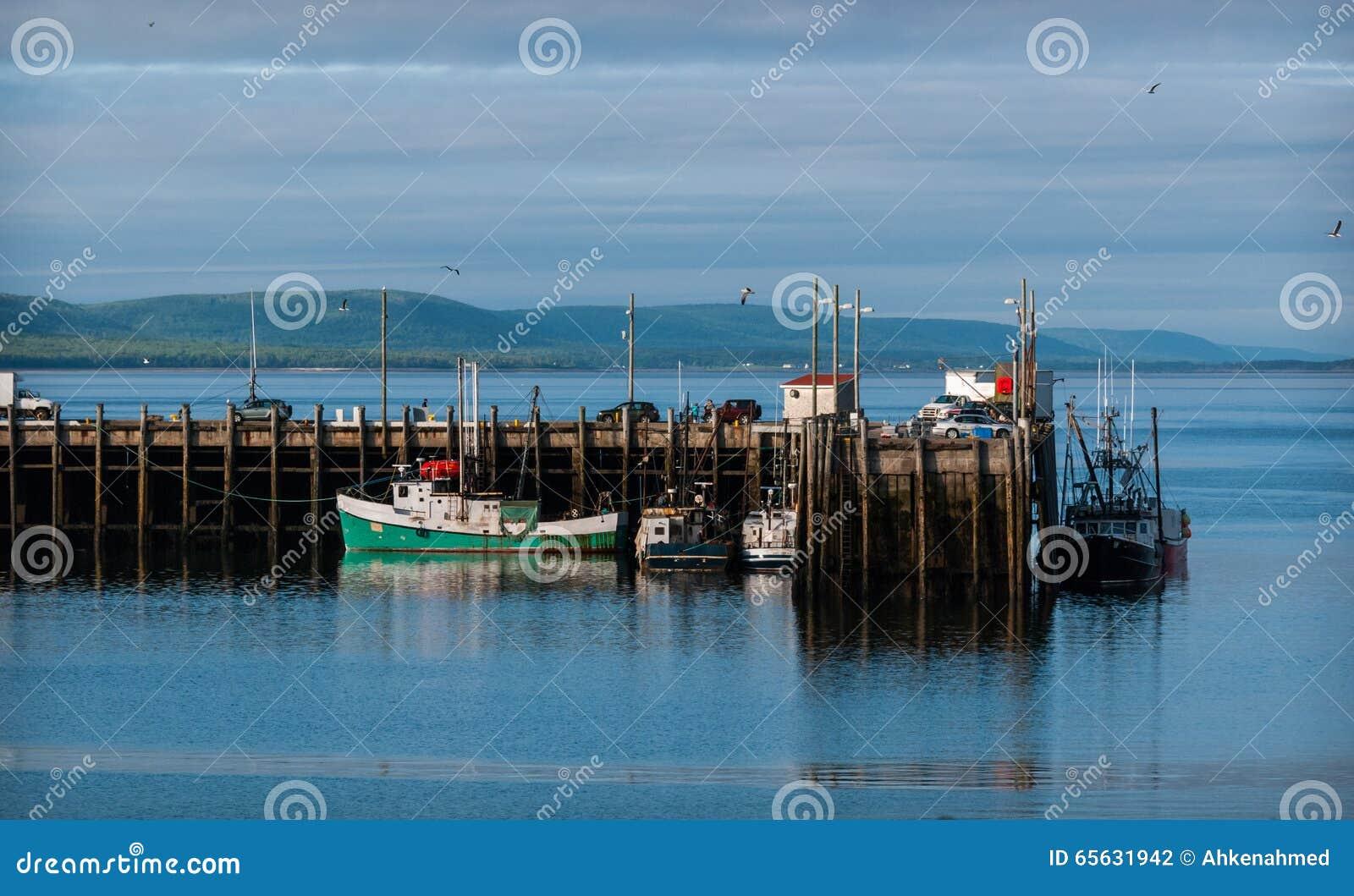 Bateaux de pêche dans le port à marée basse dans Digby, Nova Scotia