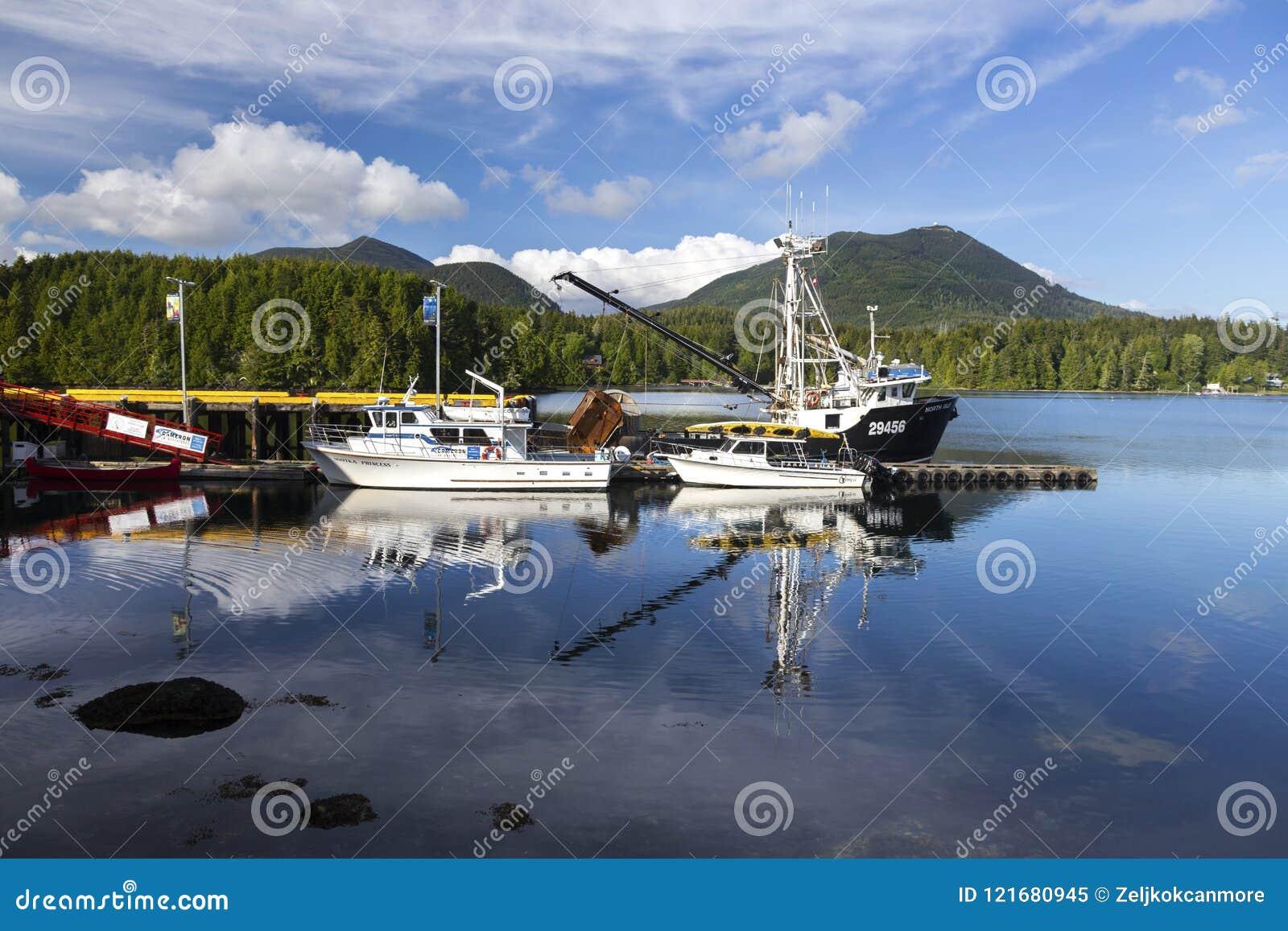 Bateaux de pêche dans le port d Ucluelet sur l île de Vancouver, Canada de Colombie-Britannique