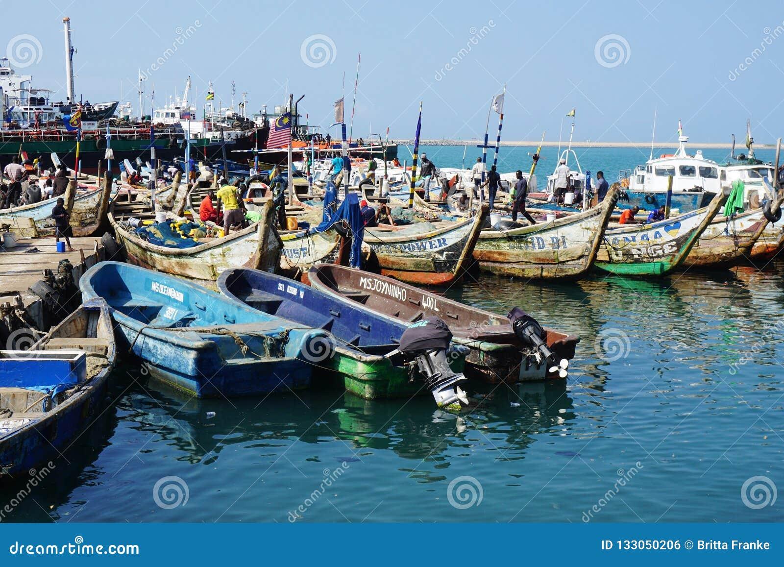 Bateaux de pêche dans le port de ficher de Lomé au Togo