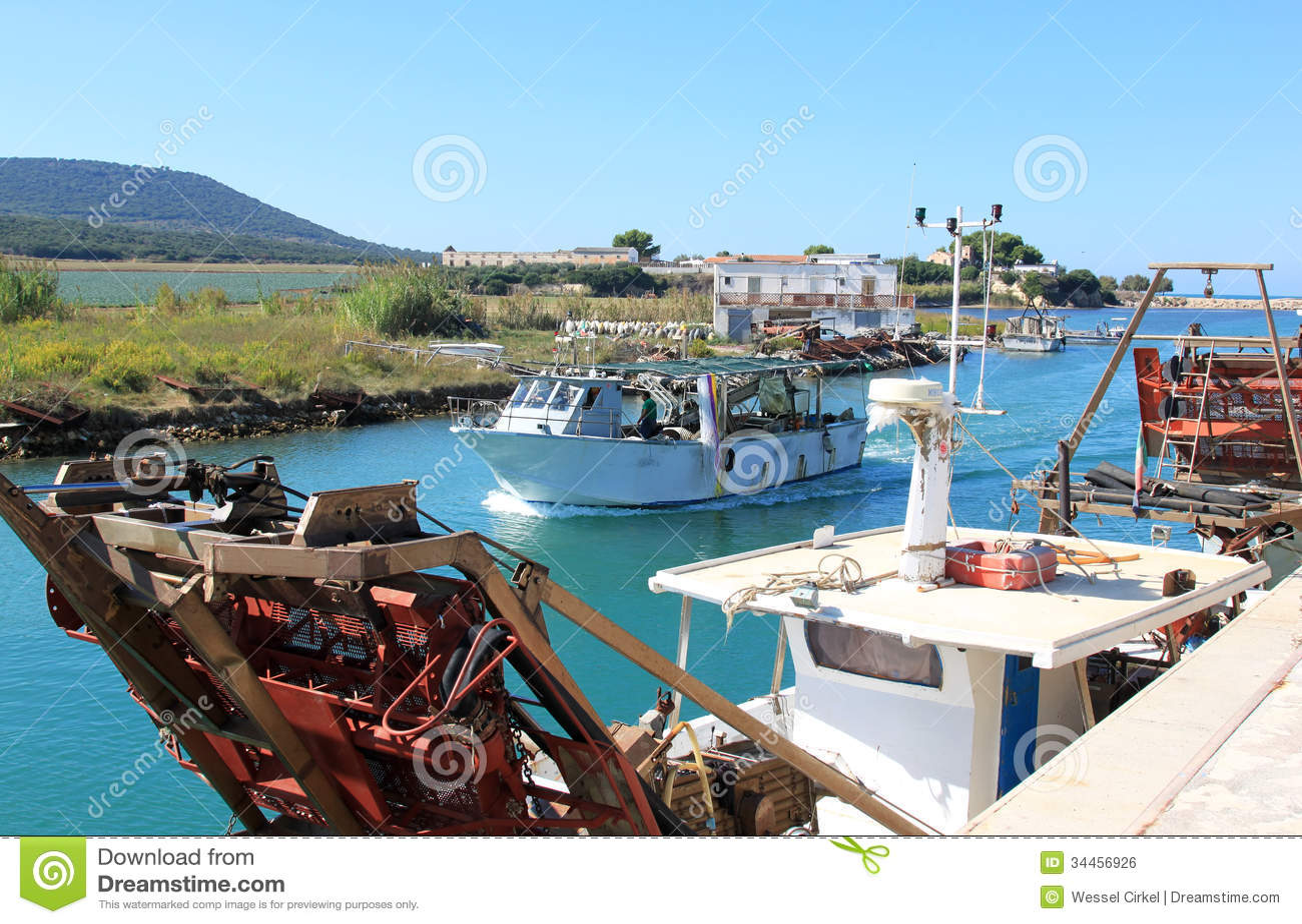 bateaux de pêche de moule, capoiale, italie photo éditorial - image