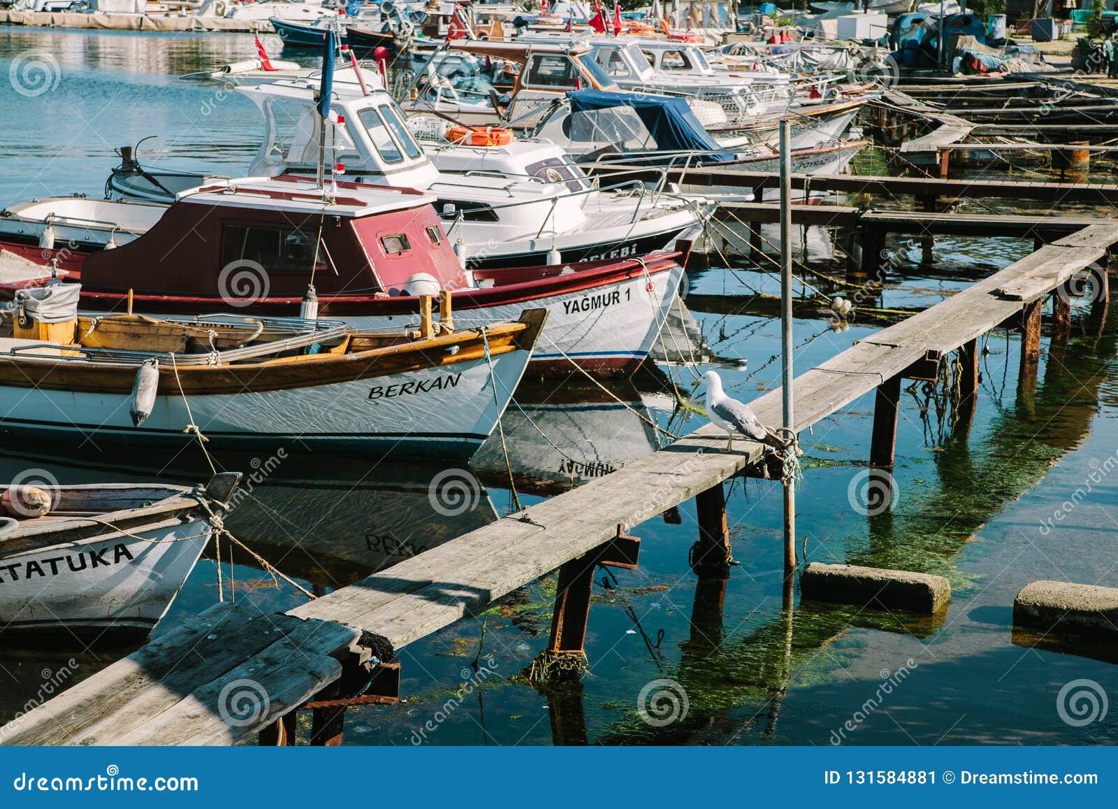 Bateaux de pêche près du remblai Istanbul, Turquie