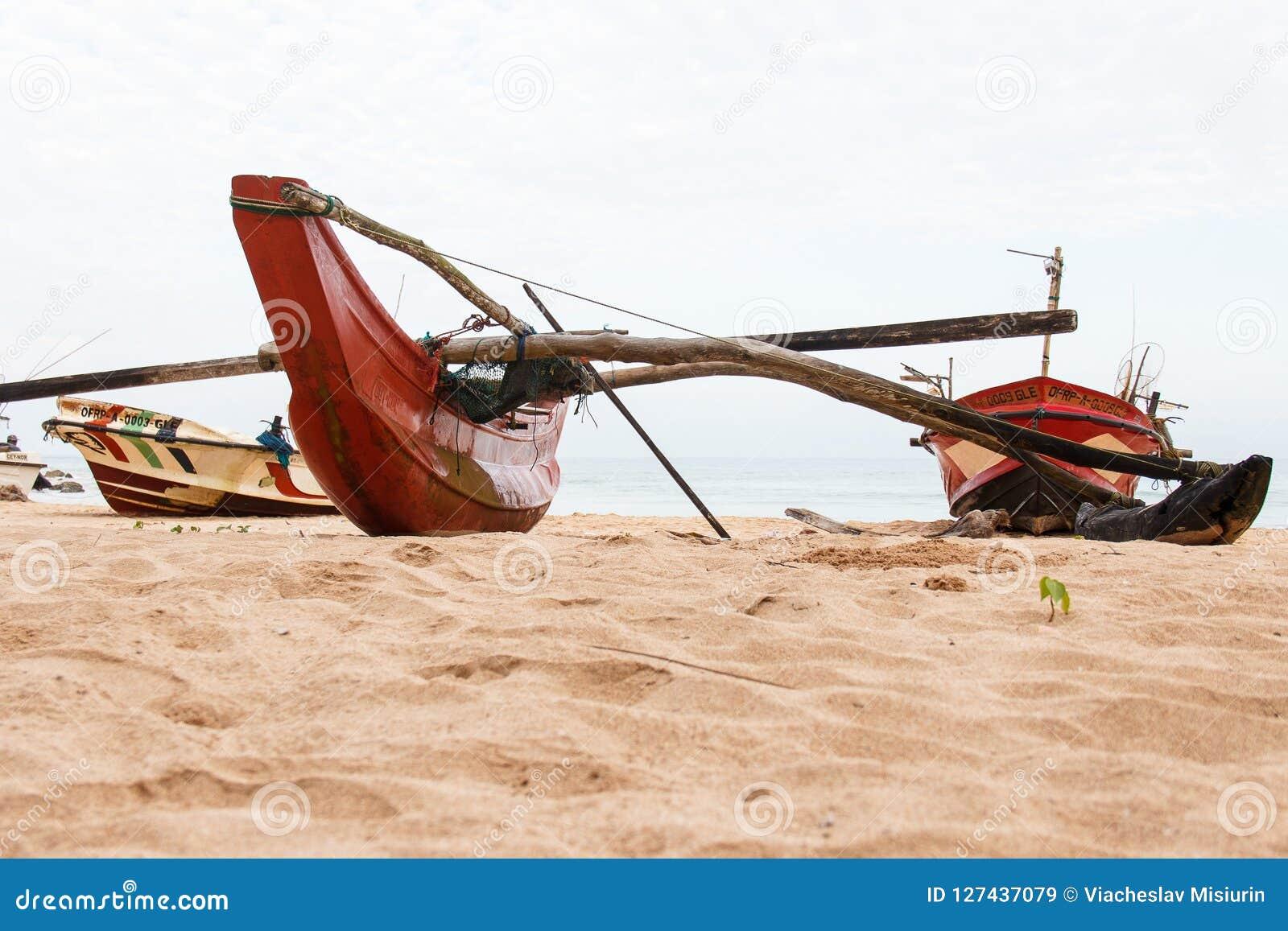 Bateaux de pêche sri-lankais rouges traditionnels vides