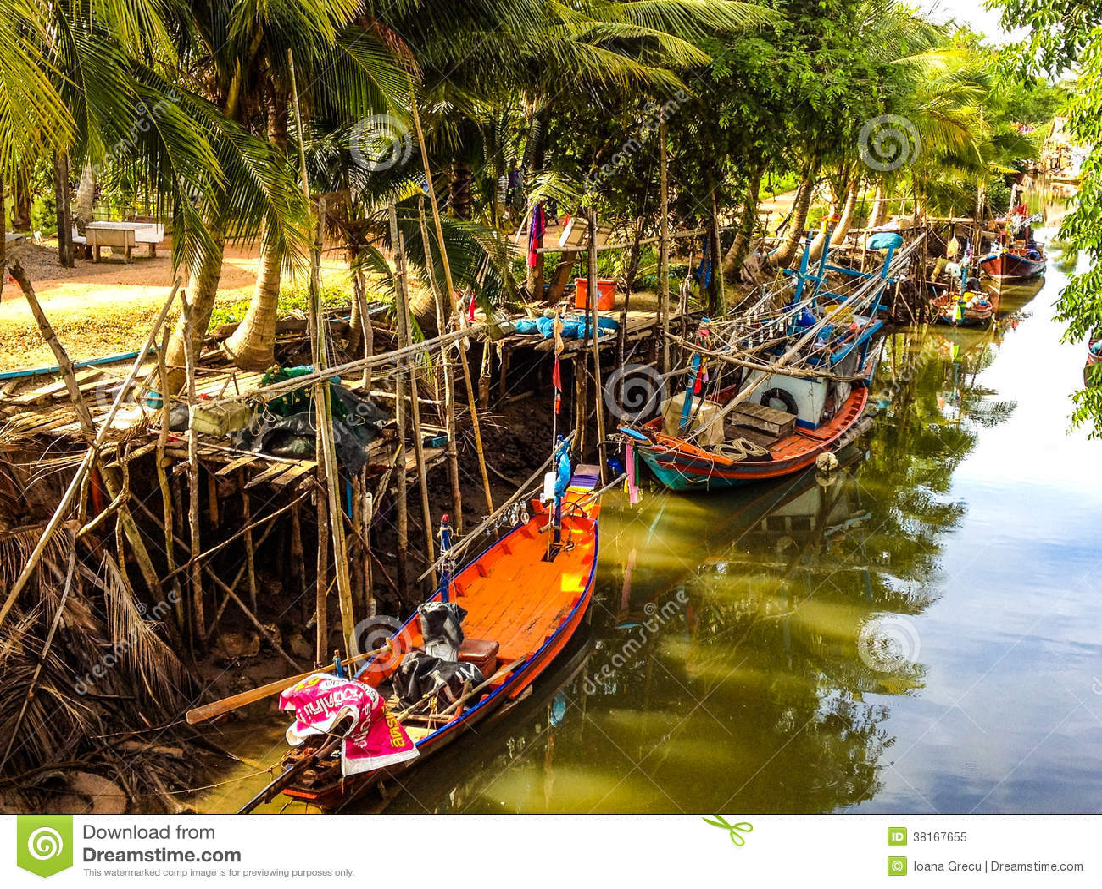 Bateaux de pêche sur le canal
