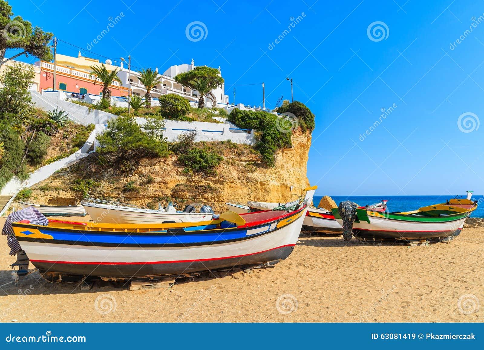 Download Bateaux De Pêche Typiques Sur La Plage Image stock - Image du arénacé, bleu: 63081419