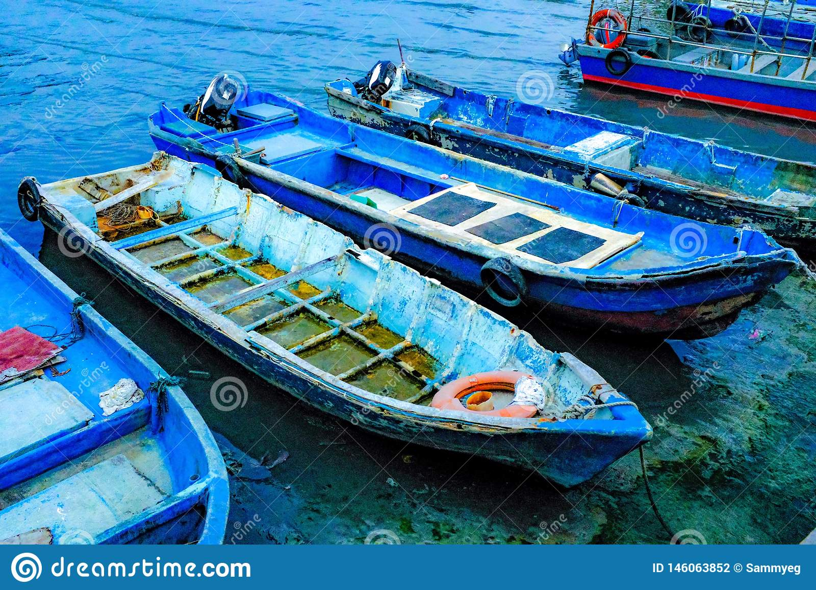 Bateaux de pêcheurs se garant sur le rivage