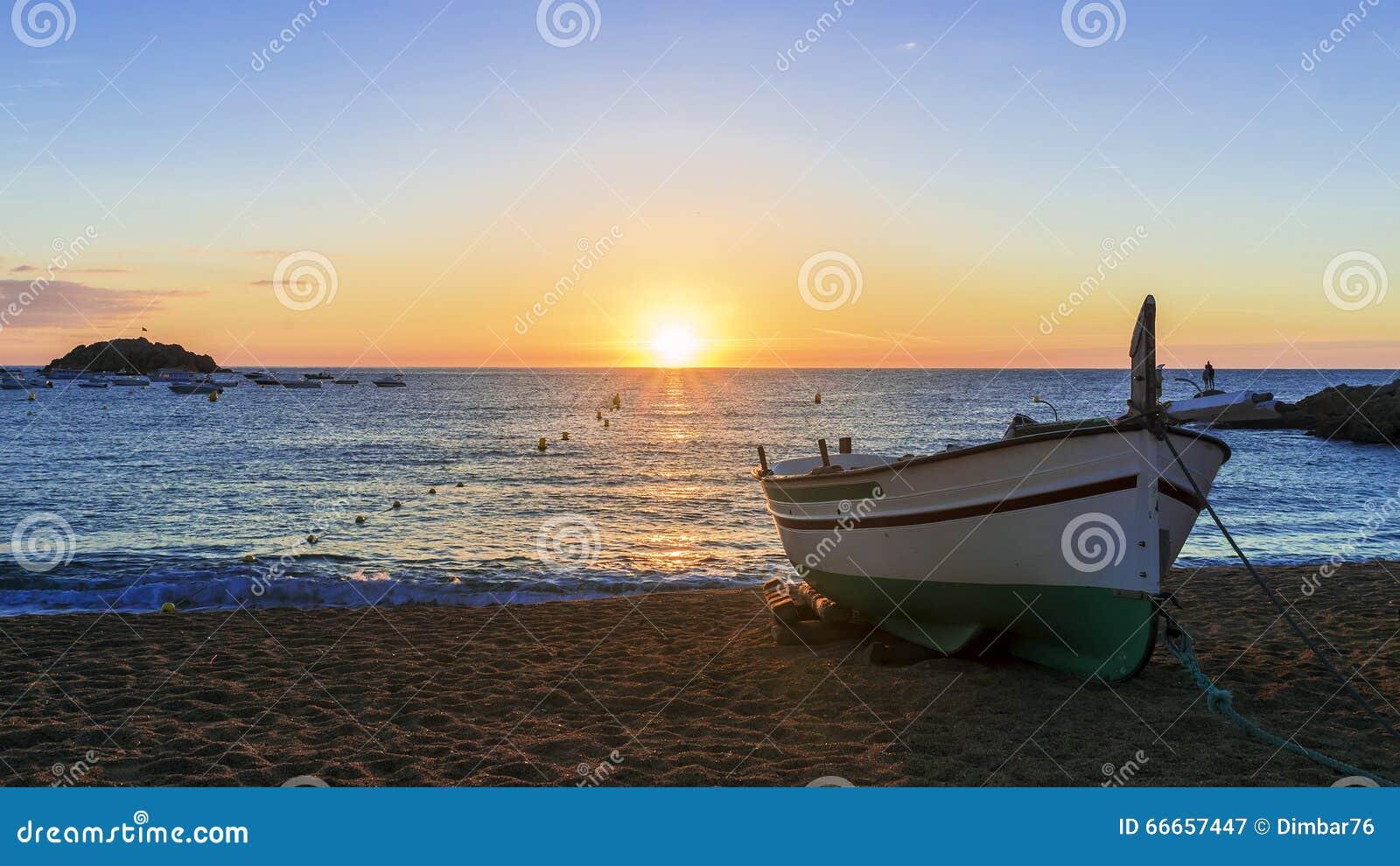 bateaux de p che en mer m diterran e sur le lever de soleil photo stock image 66657447. Black Bedroom Furniture Sets. Home Design Ideas