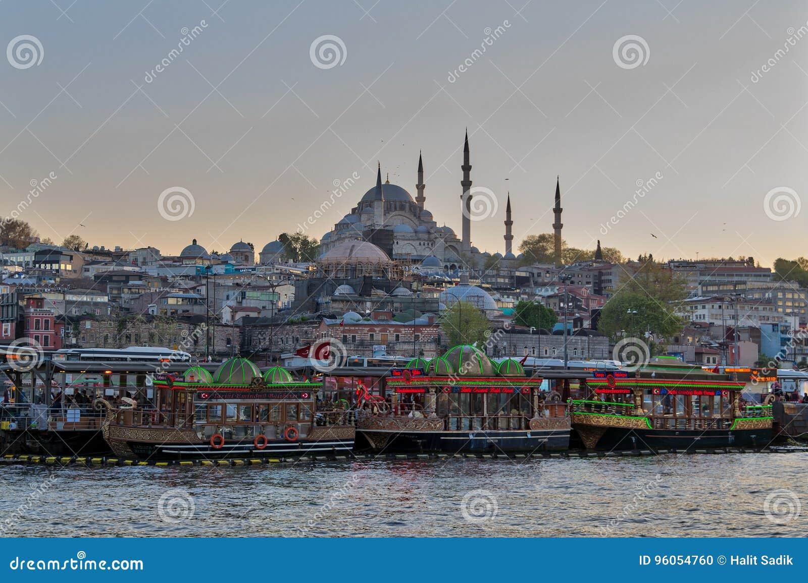 Bateaux de pendillement traditionnels d aliments de préparation rapide servant des sandwichs à poissons chez Eminonu, Istanbul, T