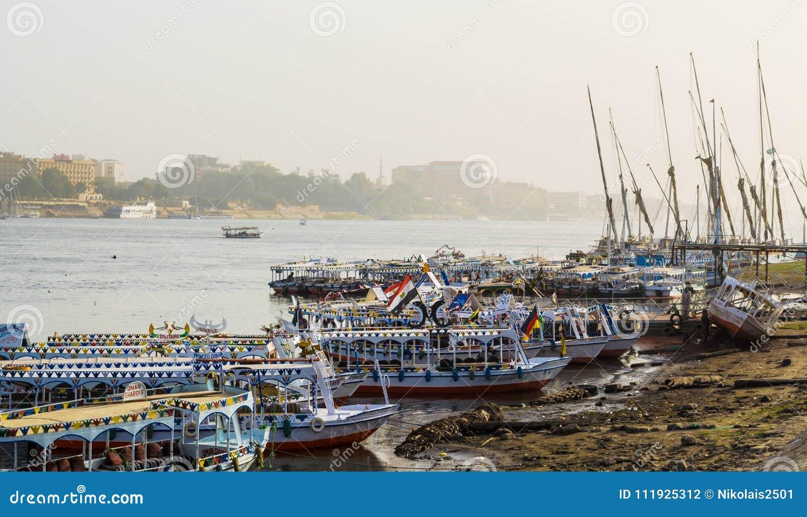 Bateaux de touristes au pilier sur la rive est du Nil, Egypte
