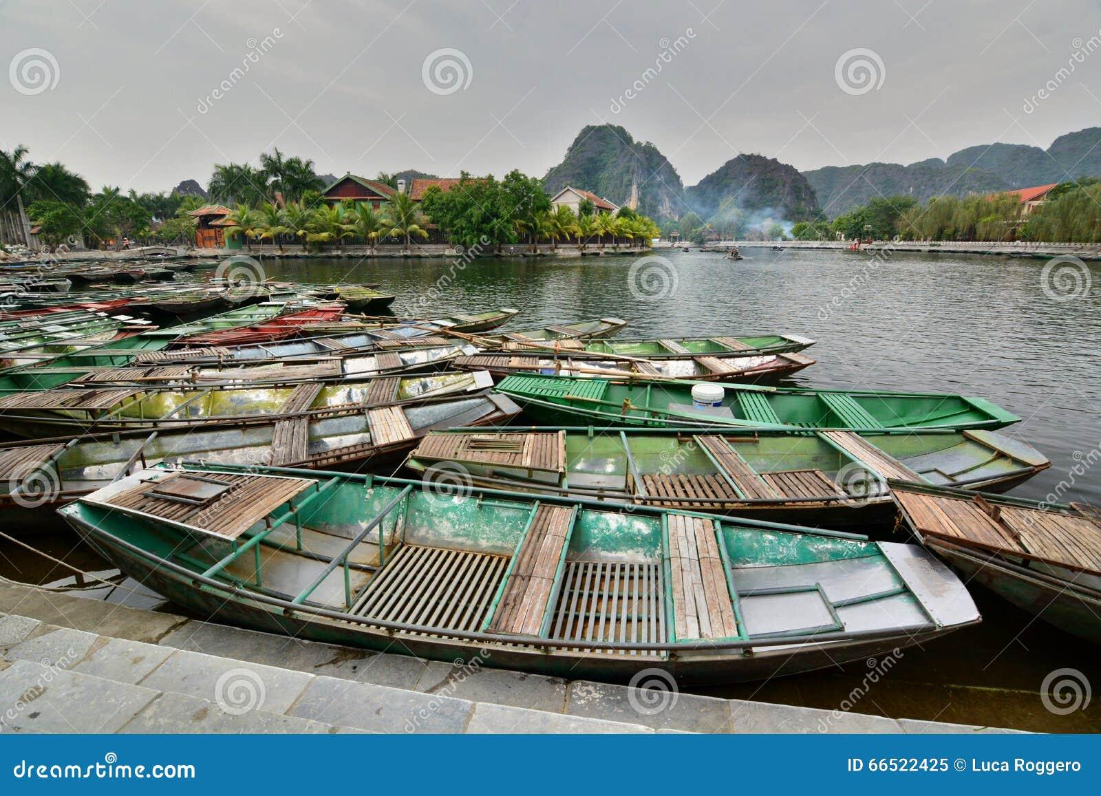 Bateaux de touristes sur la rivière de Ngo Dong Tam Coc Ninh Binh vietnam