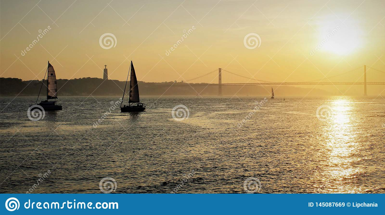 Bateaux de vente naviguant près des rivages de Lisbonne
