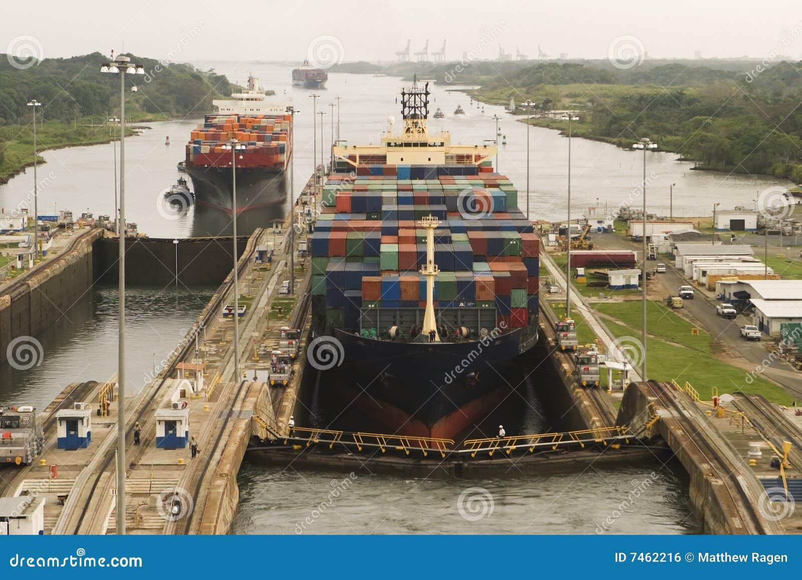 Bateaux entrant dans le canal de Panama