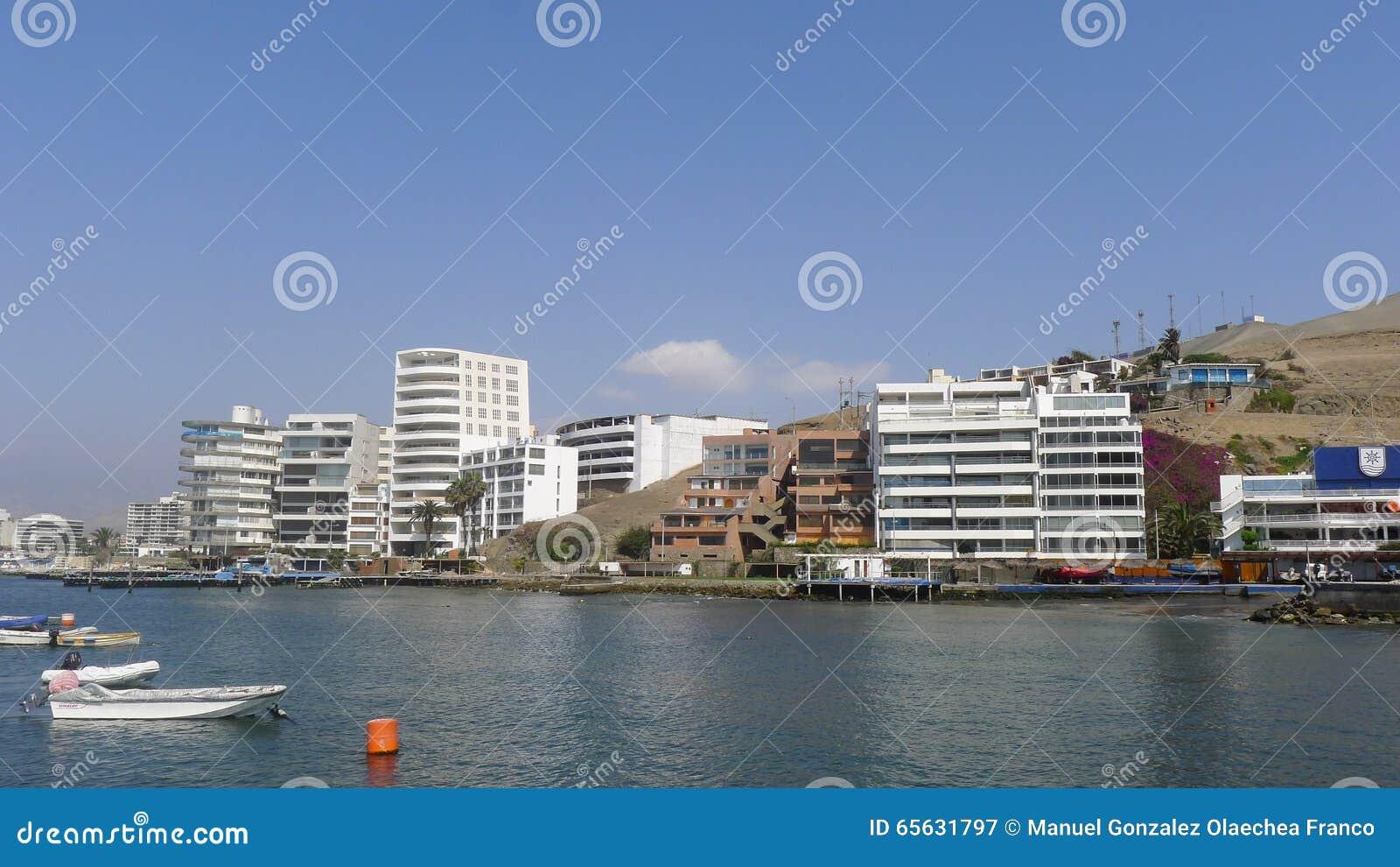 Bateaux et bâtiments modernes extérieurs dans l Ancon