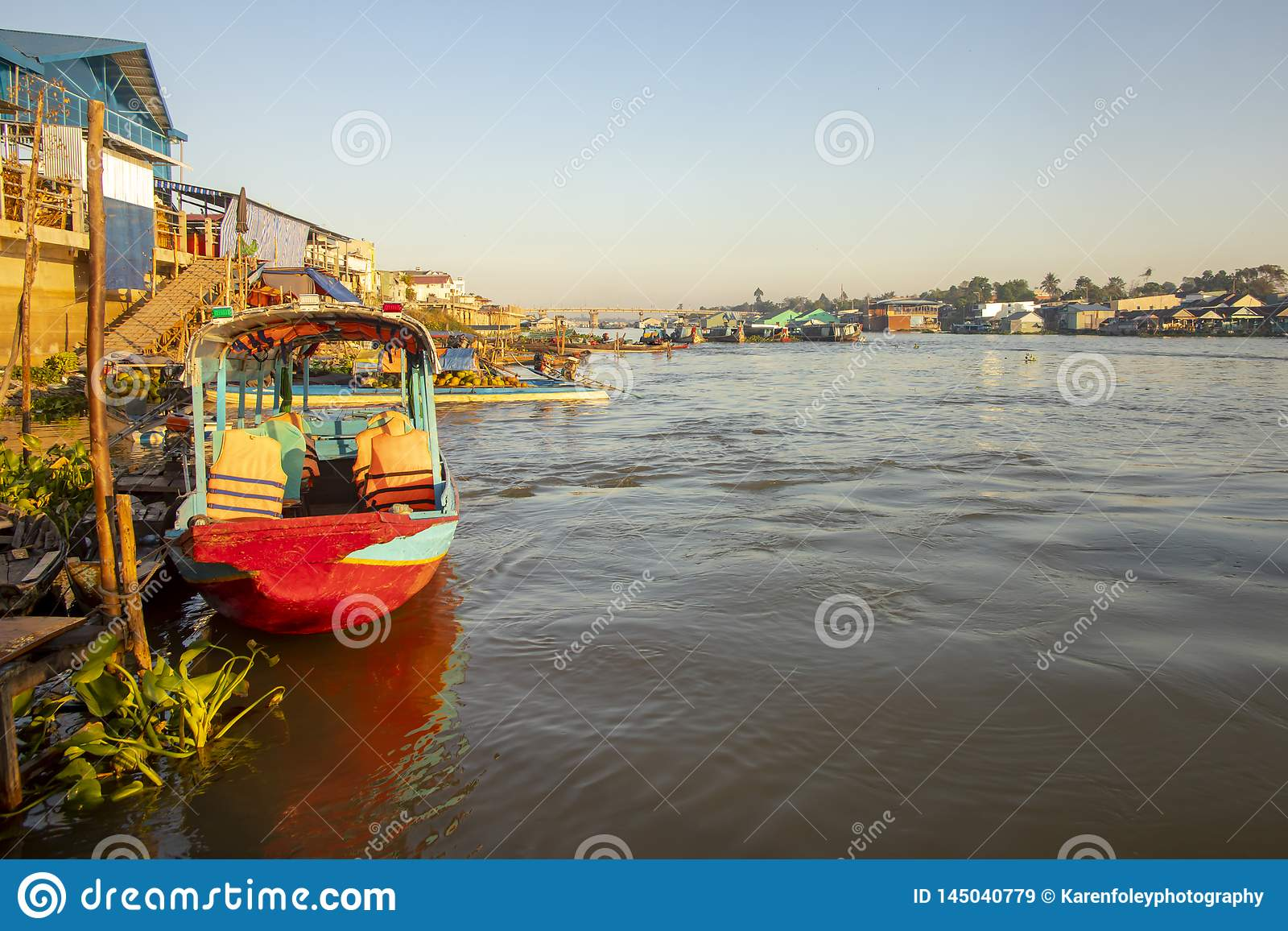 Bateaux et maisons de Doc. de Chau au Vietnam