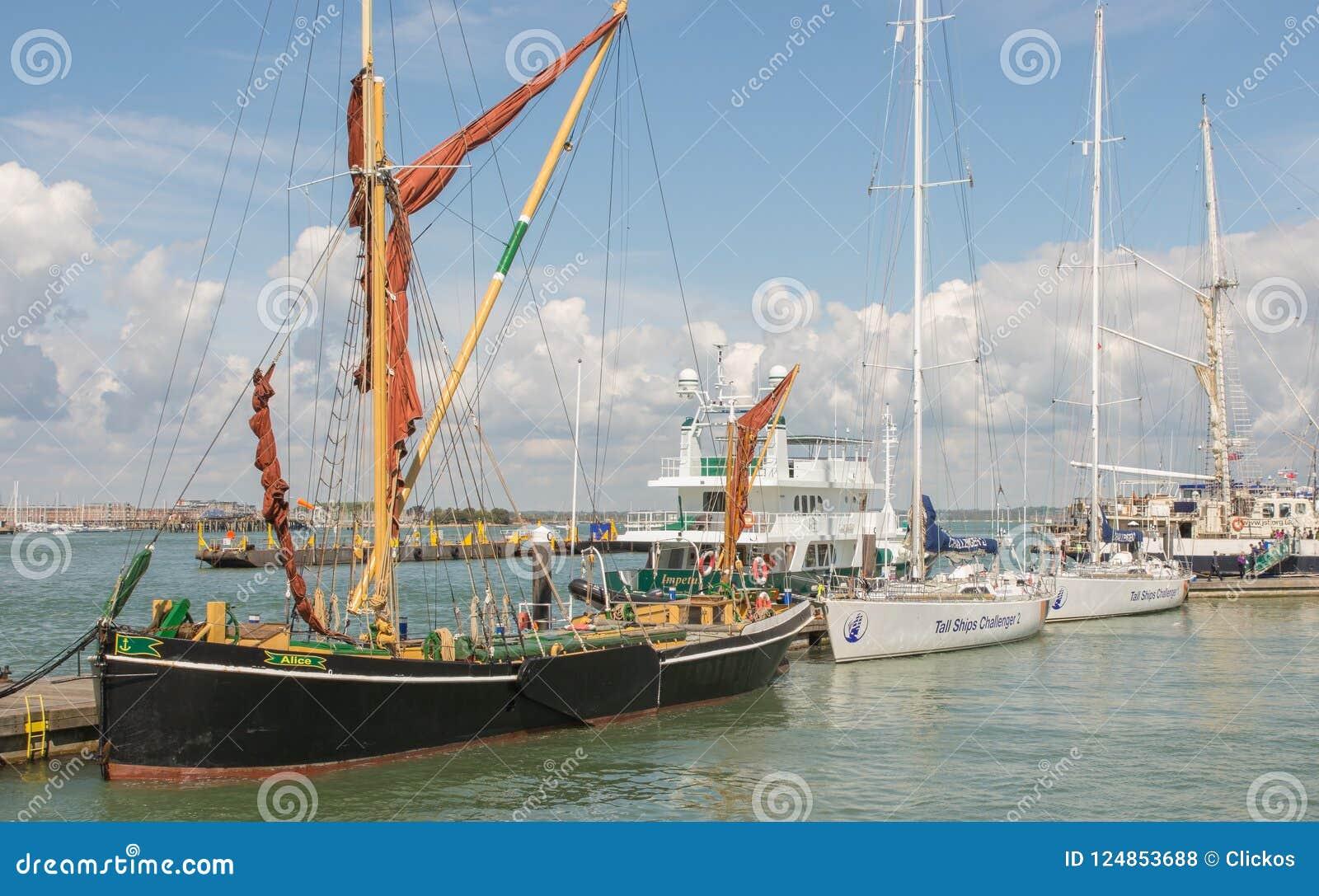 Bateaux grands à Portsmouth, Hampshire, Angleterre