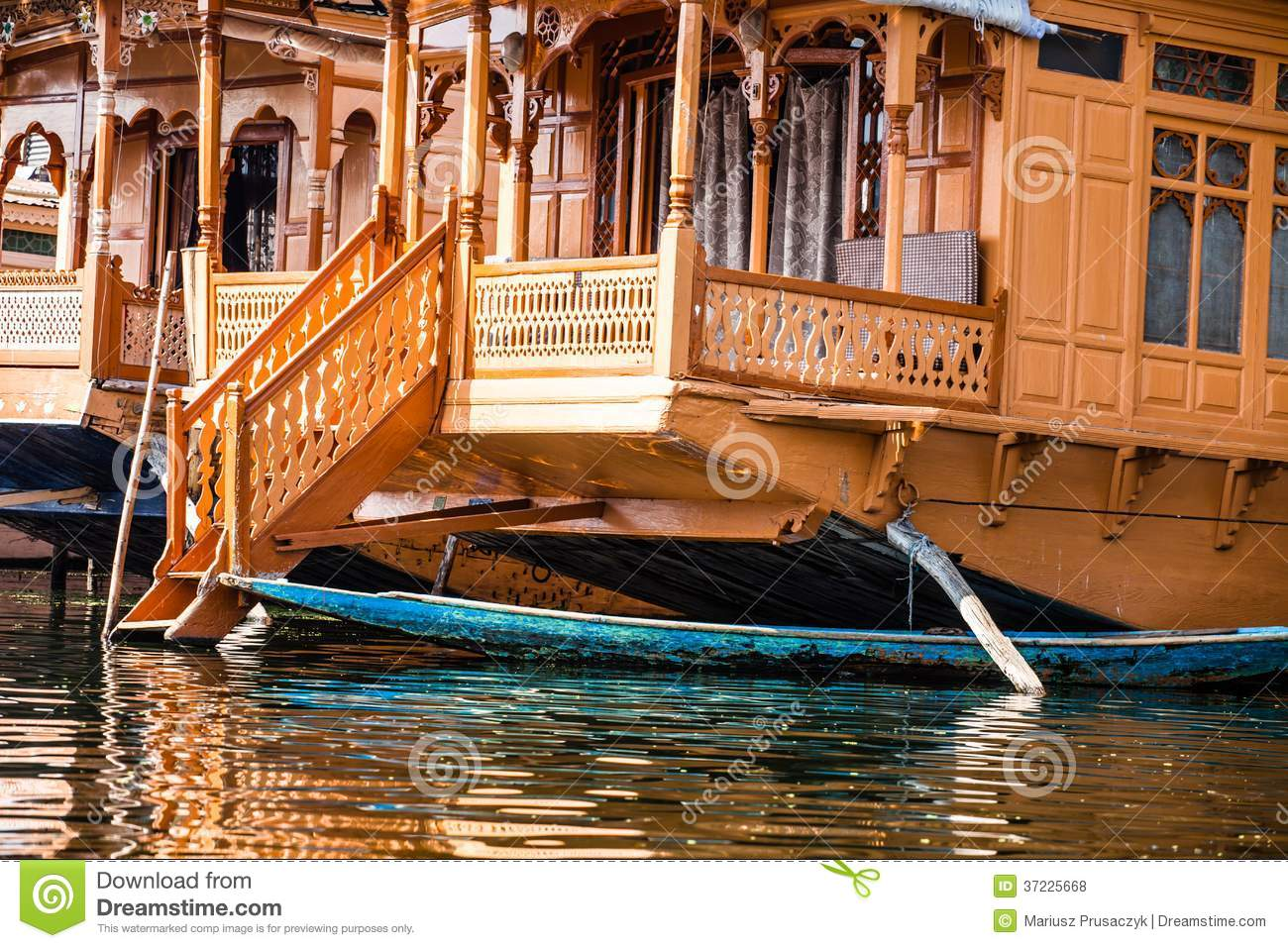 bateaux maison les h tels de luxe de flottement en dal lake srinagar india photo stock image. Black Bedroom Furniture Sets. Home Design Ideas